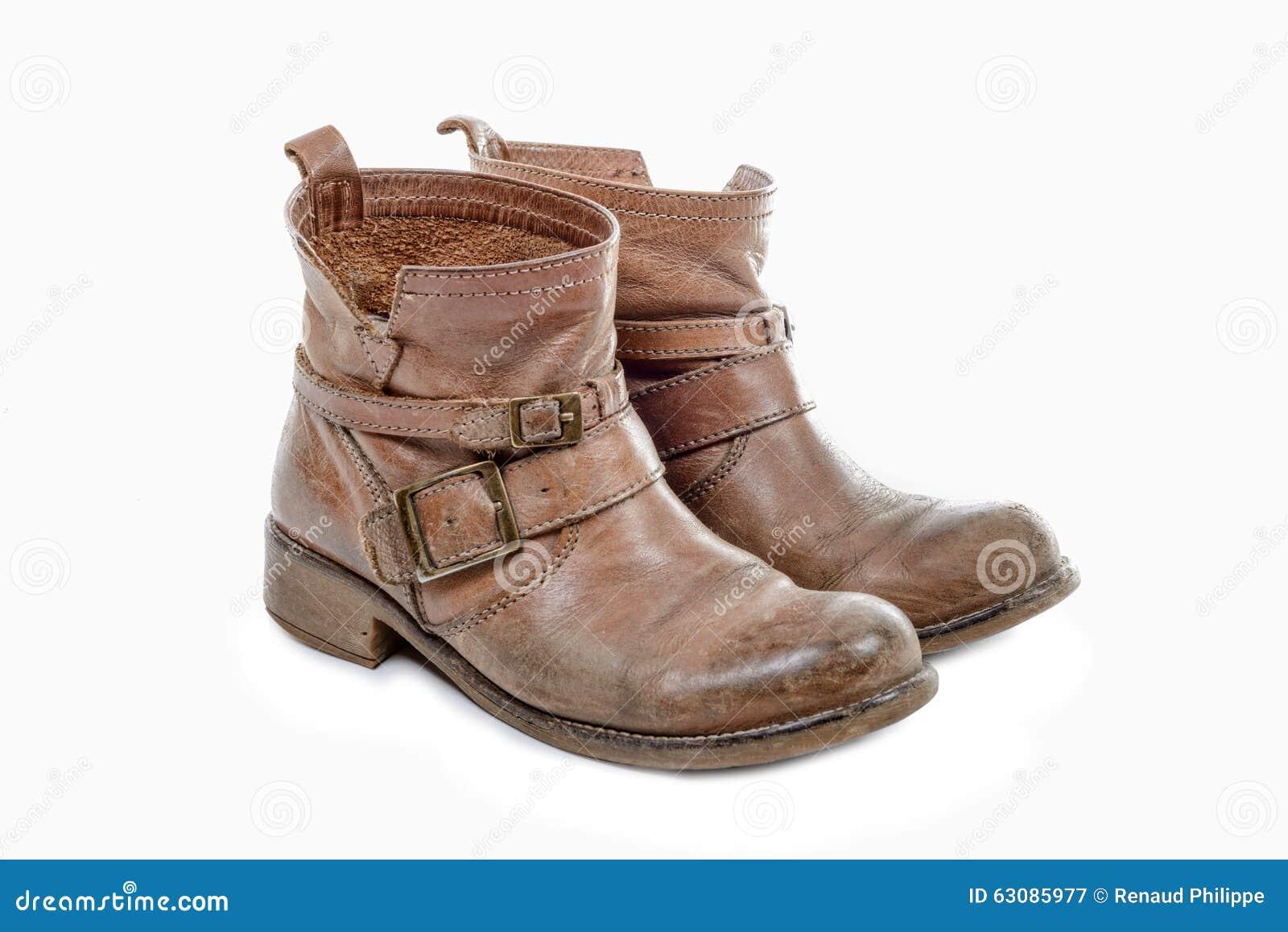 Download Paires De Bottes Usées D'isolement Sur Un Fond Blanc Image stock - Image du brun, vêtement: 63085977