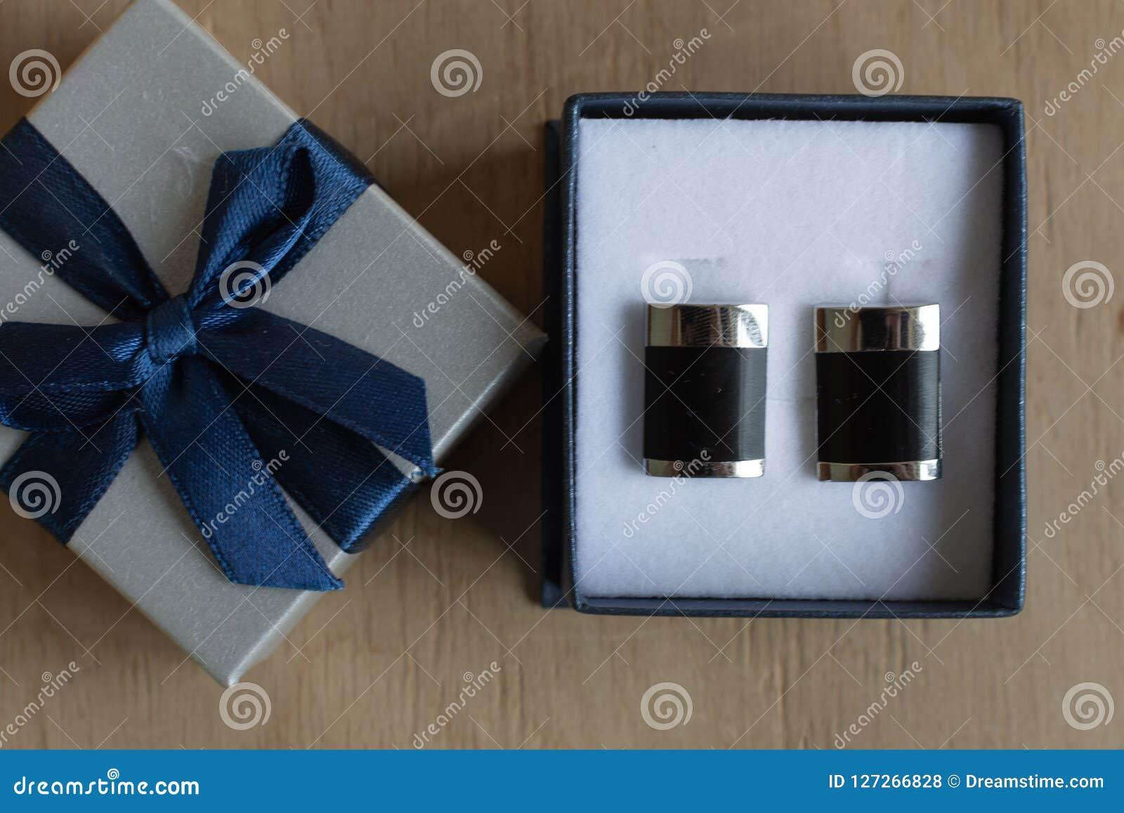 Paires De Boutons De Manchette Dans Un Boite Cadeau Sur Le Fond En Bois Photo Stock Image Du Paires Cadeau 127266828