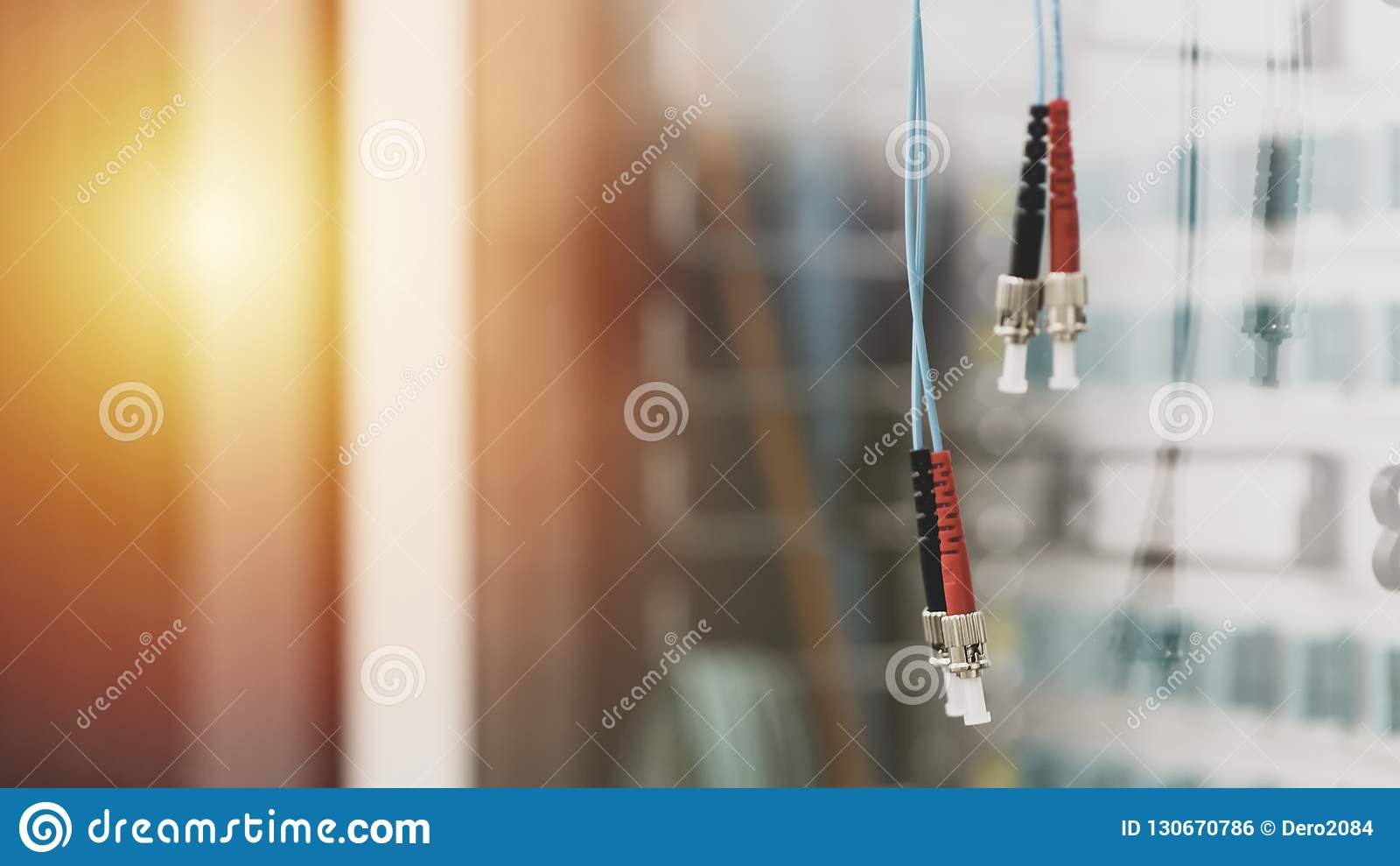 Paires de câbles optiques de fibre avec le type connecteurs de FC dans la chambre de serveur, la technologie et la ligne de donné