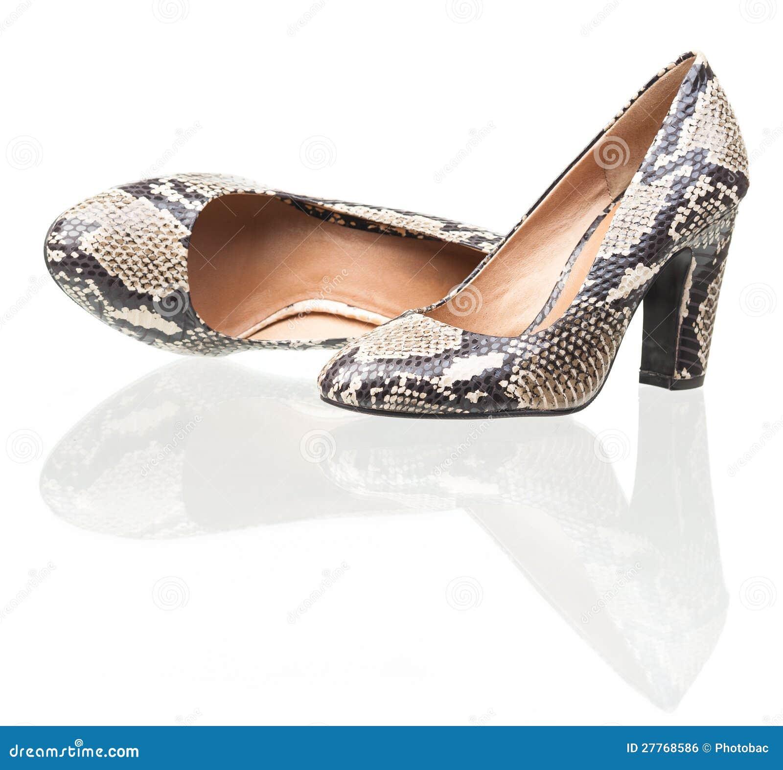 Paires de chaussures de femmes de cuir de serpent au-dessus de blanc