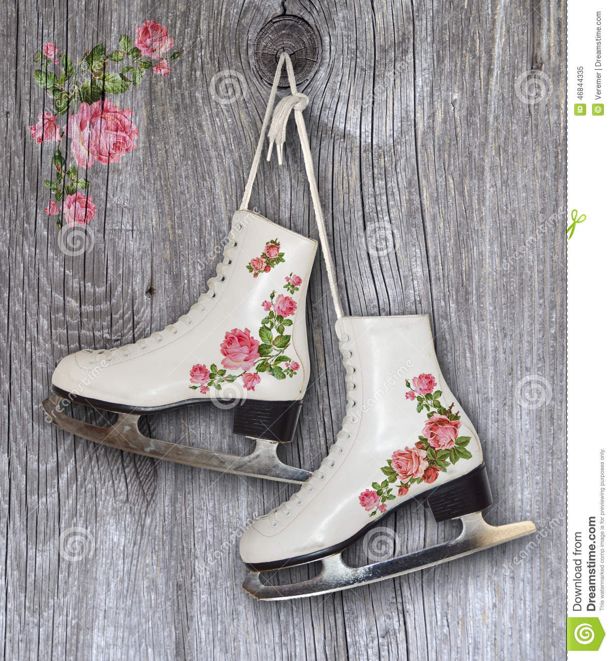 Paires de patins de glace blancs avec la d coration de roses de vintage fond image stock for Decoration glace