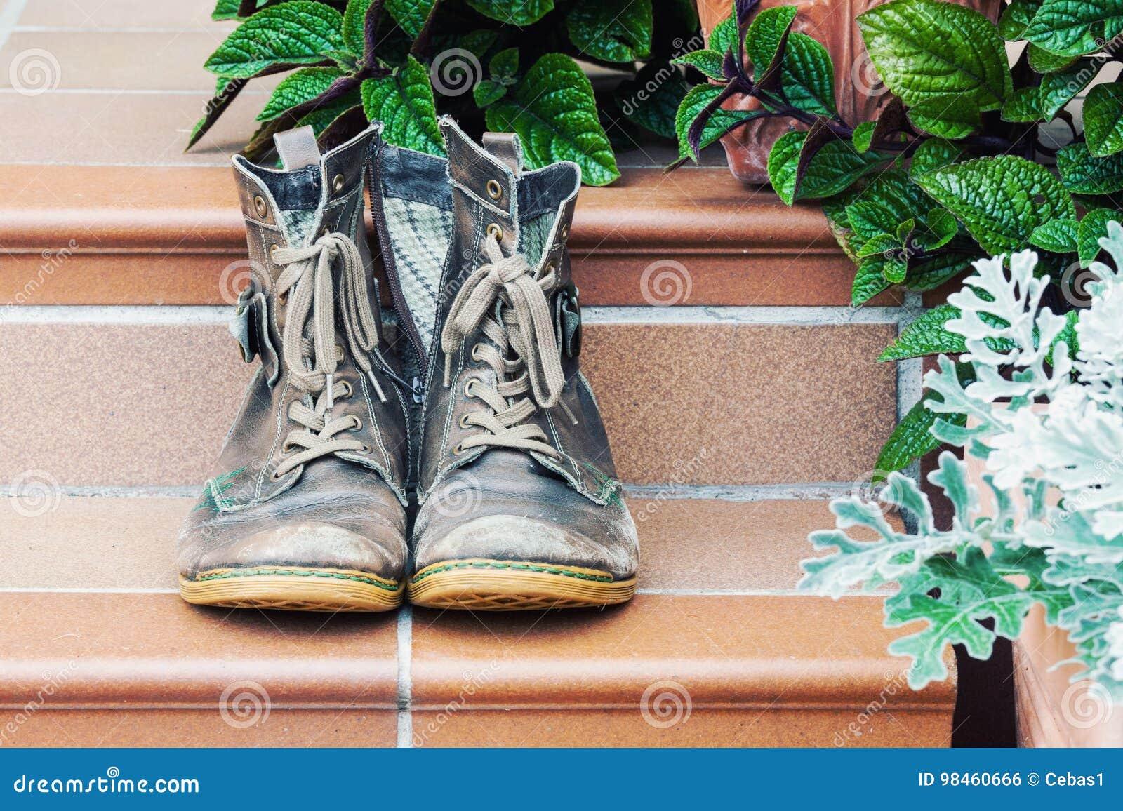 Paires de vieilles bottes portées au seuil