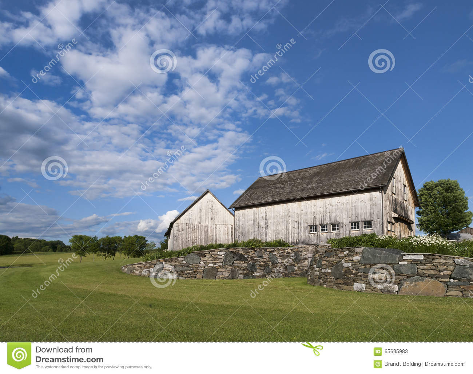 Paires de vieilles granges en bois