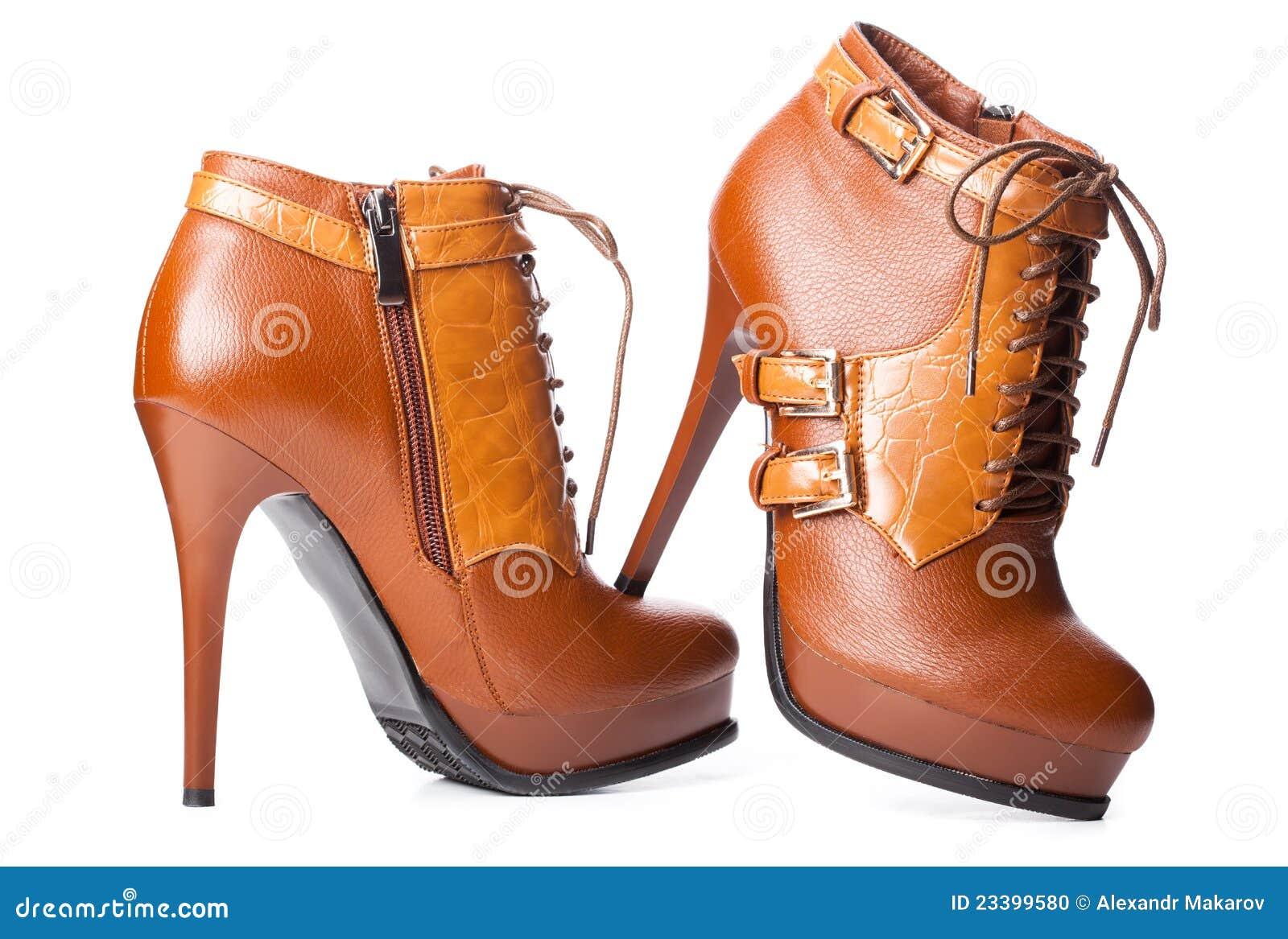 Paires des chaussures de la femme