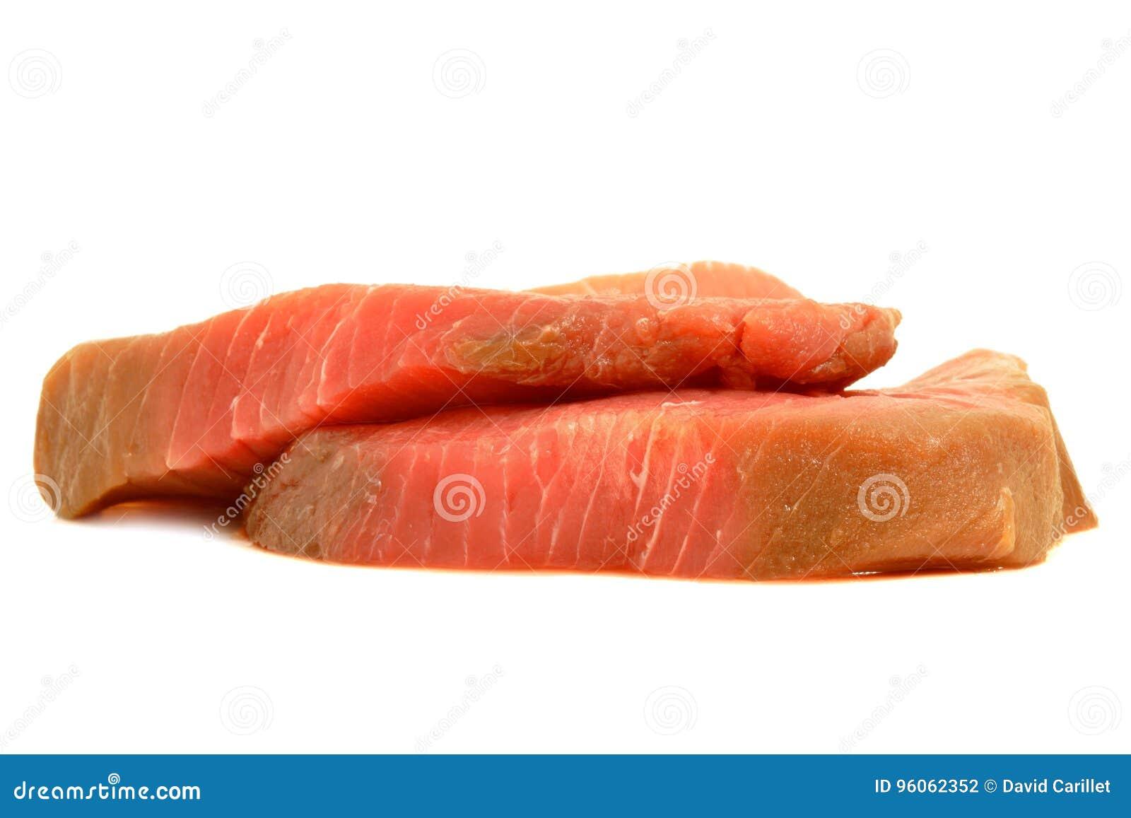 Paires du studio cru de biftecks de thons d isolement au-dessus d un fond blanc