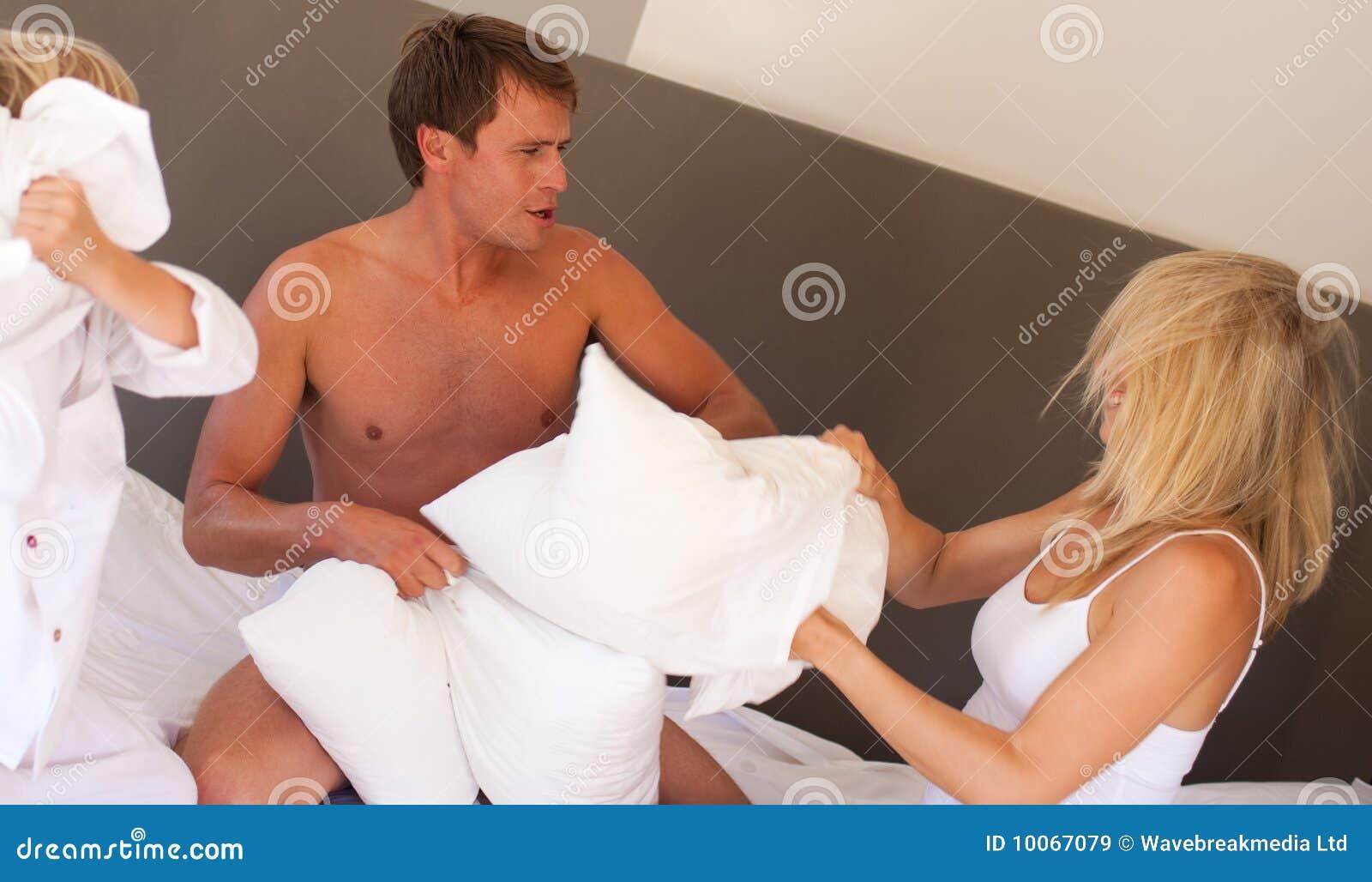 Pais e filho que jogam com descansos
