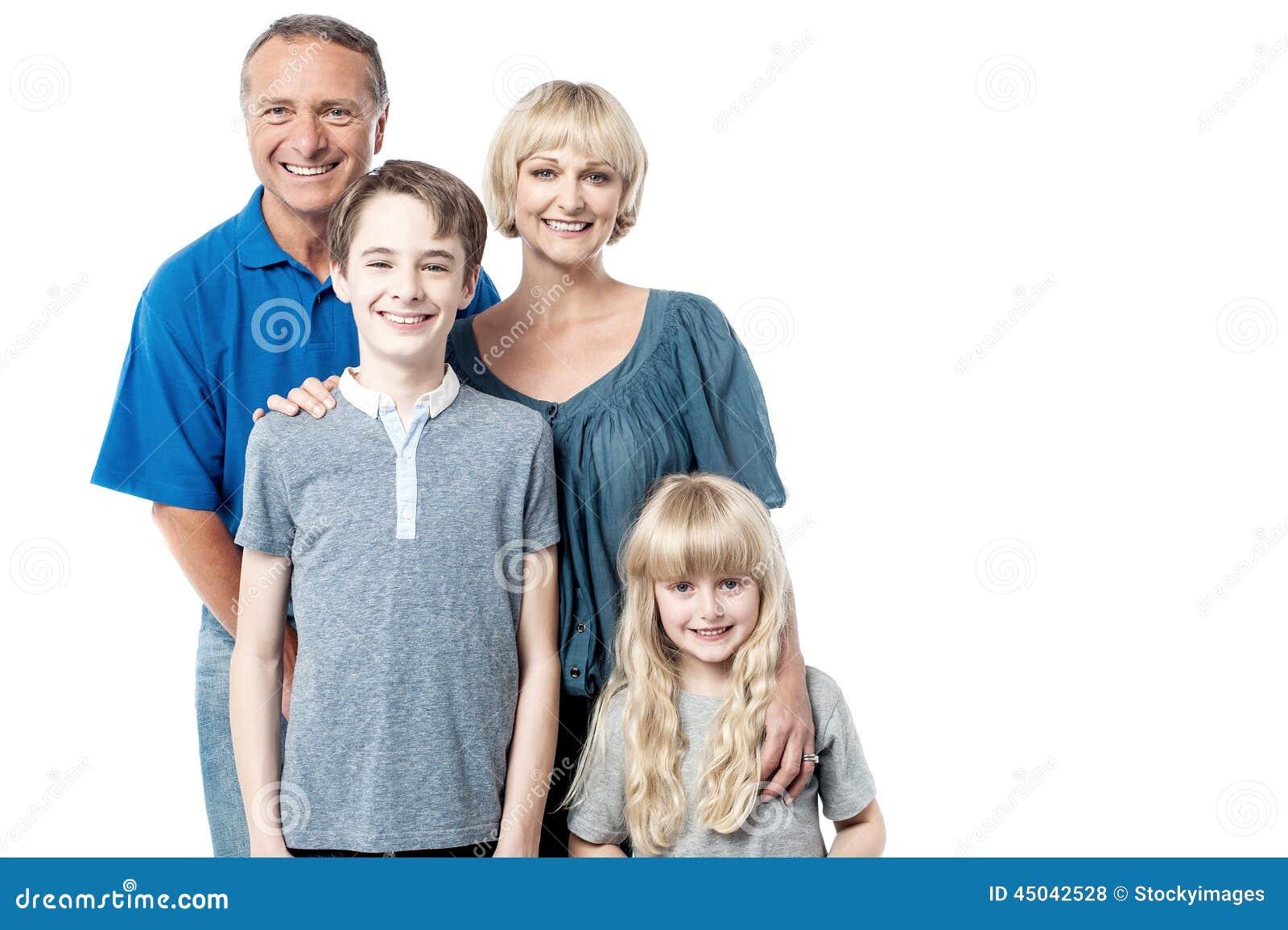 Pais felizes com suas crianças