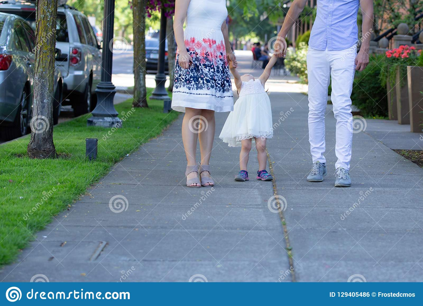 Pais, marido e esposa, caminhada com sua criança da menina