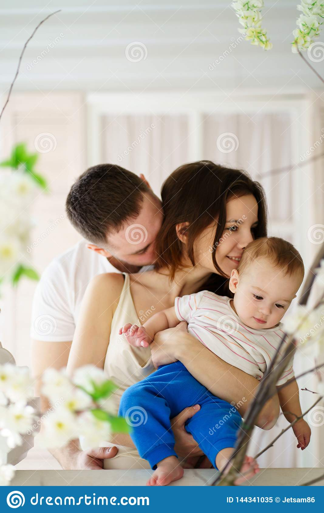 Pais que abra?am seus filho e beijo do beb?