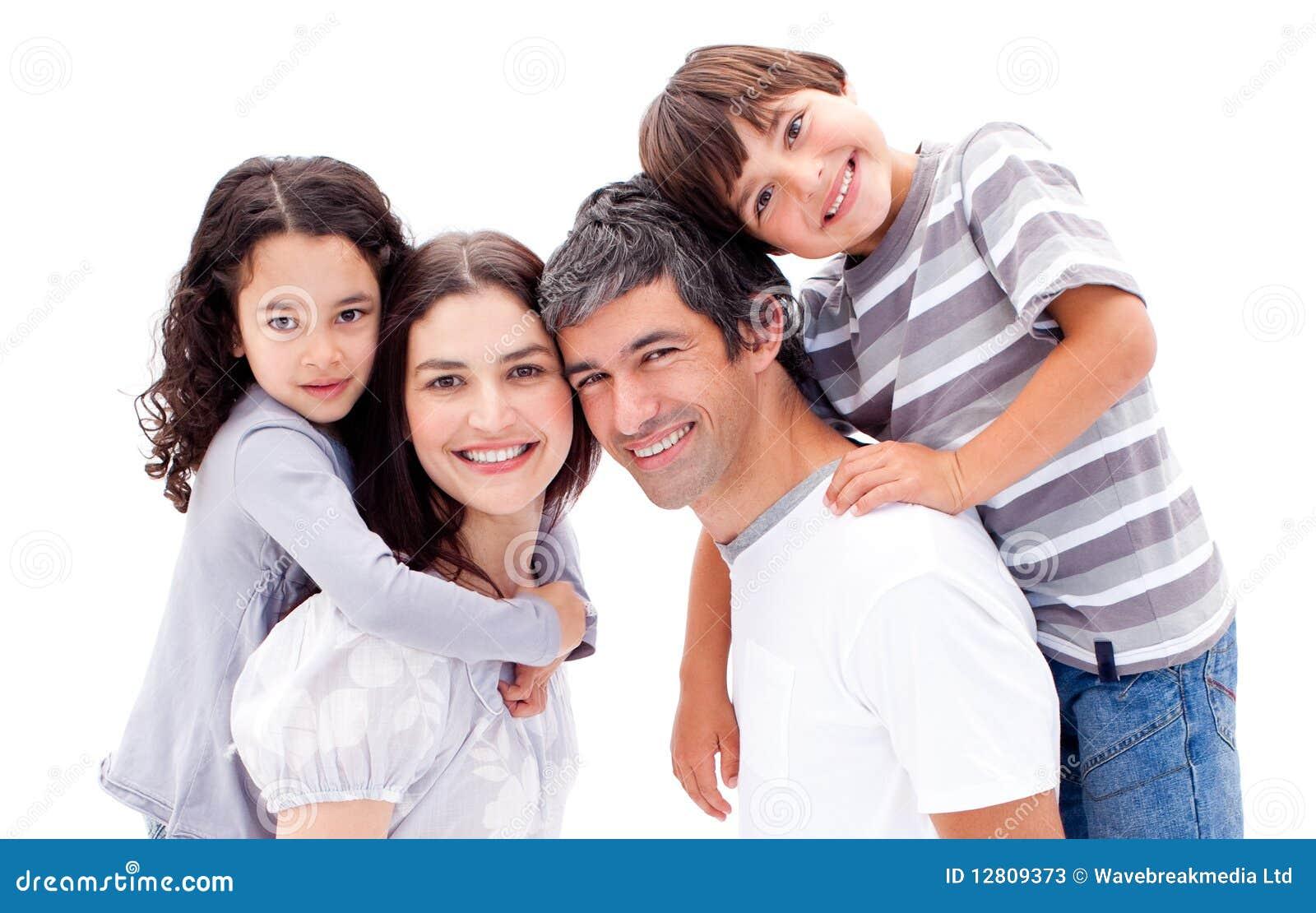Pais que dão a suas crianças um passeio do sobreposto