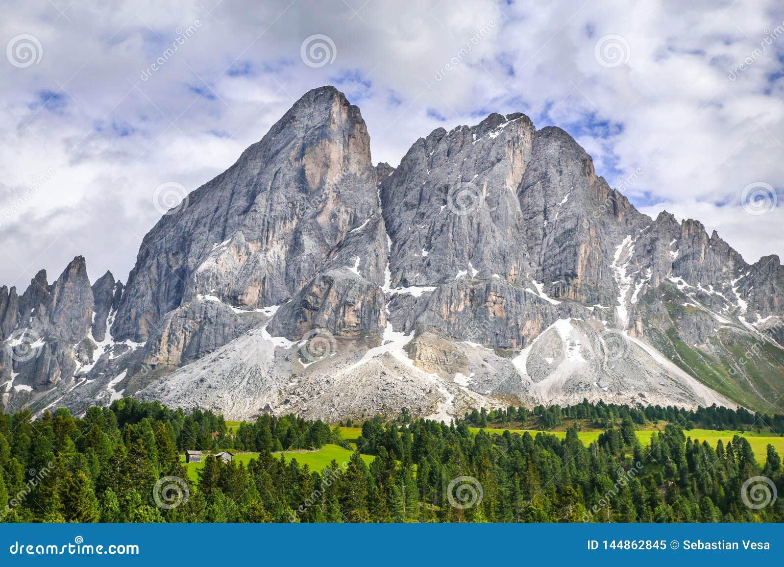 Paisagem alpina com as montanhas rochosas nas dolomites