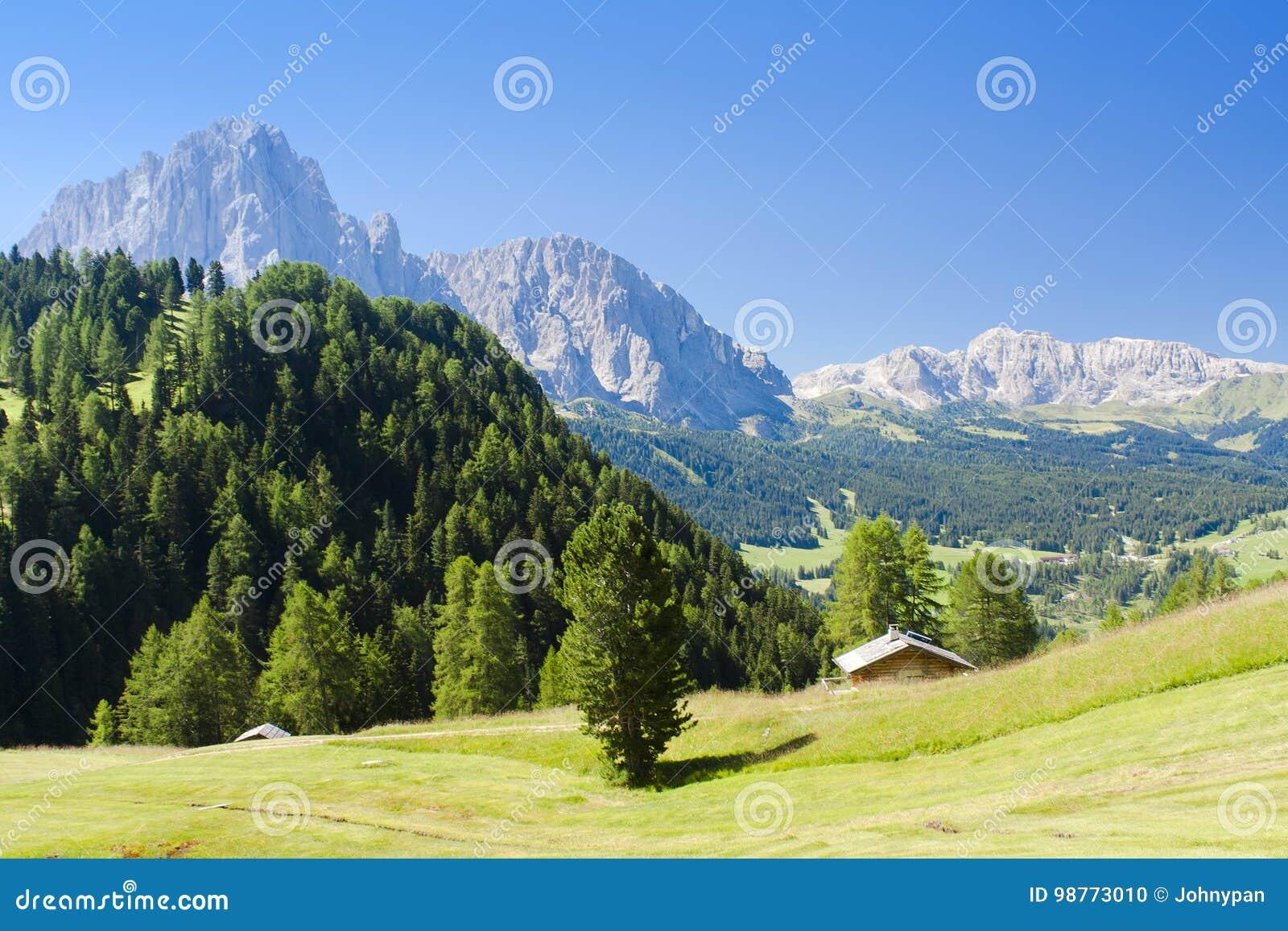 Paisagem alpina da montanha em dolomites de Itália