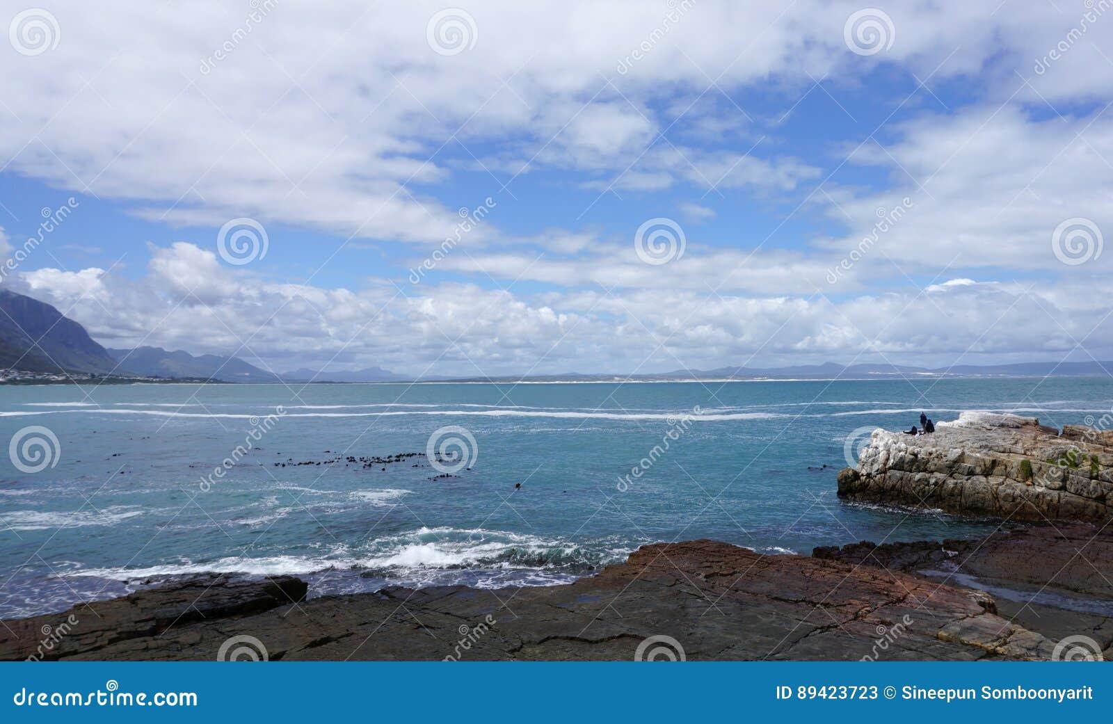 Paisagem bonita da costa da cidade do cabo com cidade e tabl