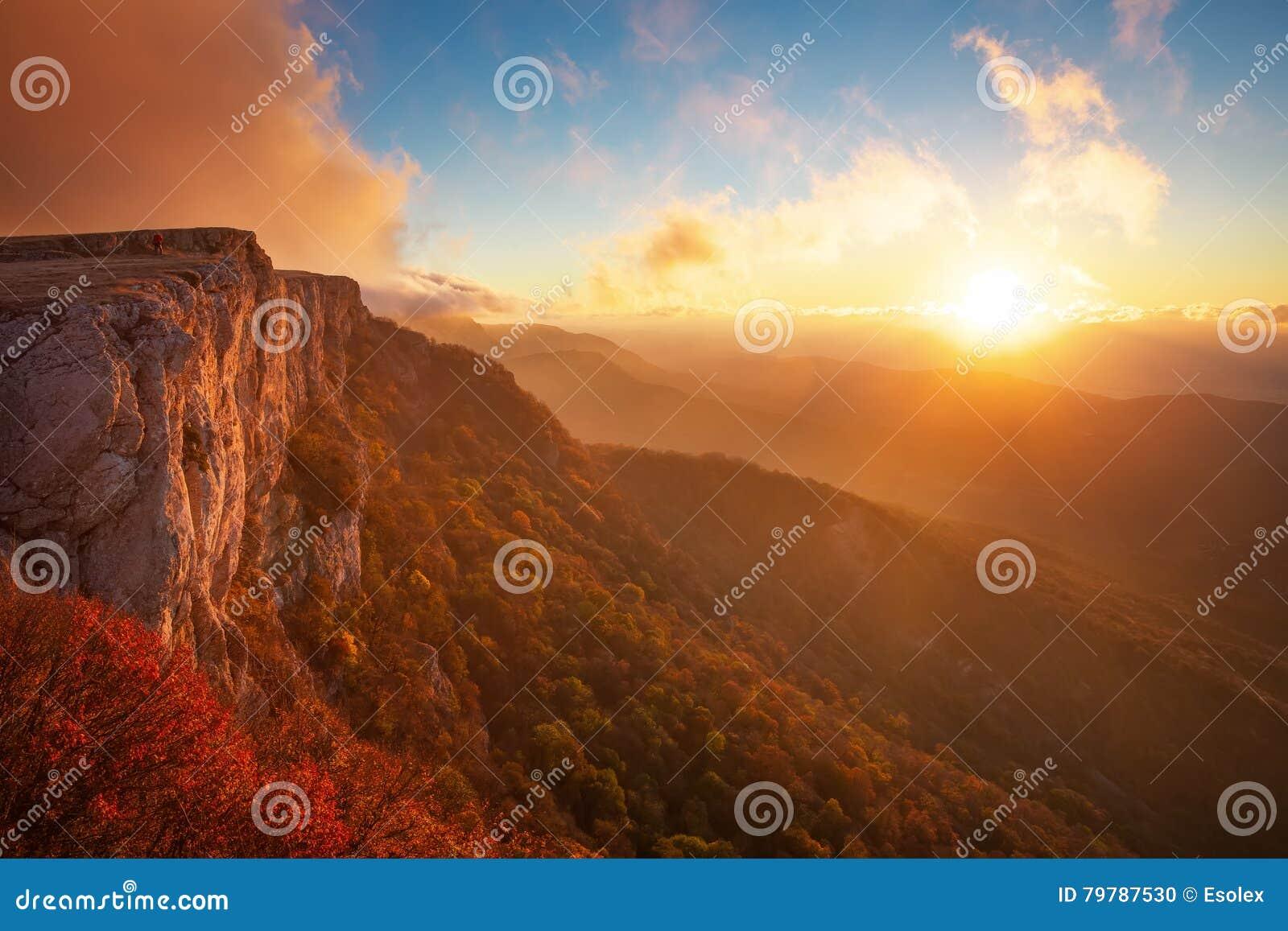 Paisagem bonita da montanha com céu do por do sol