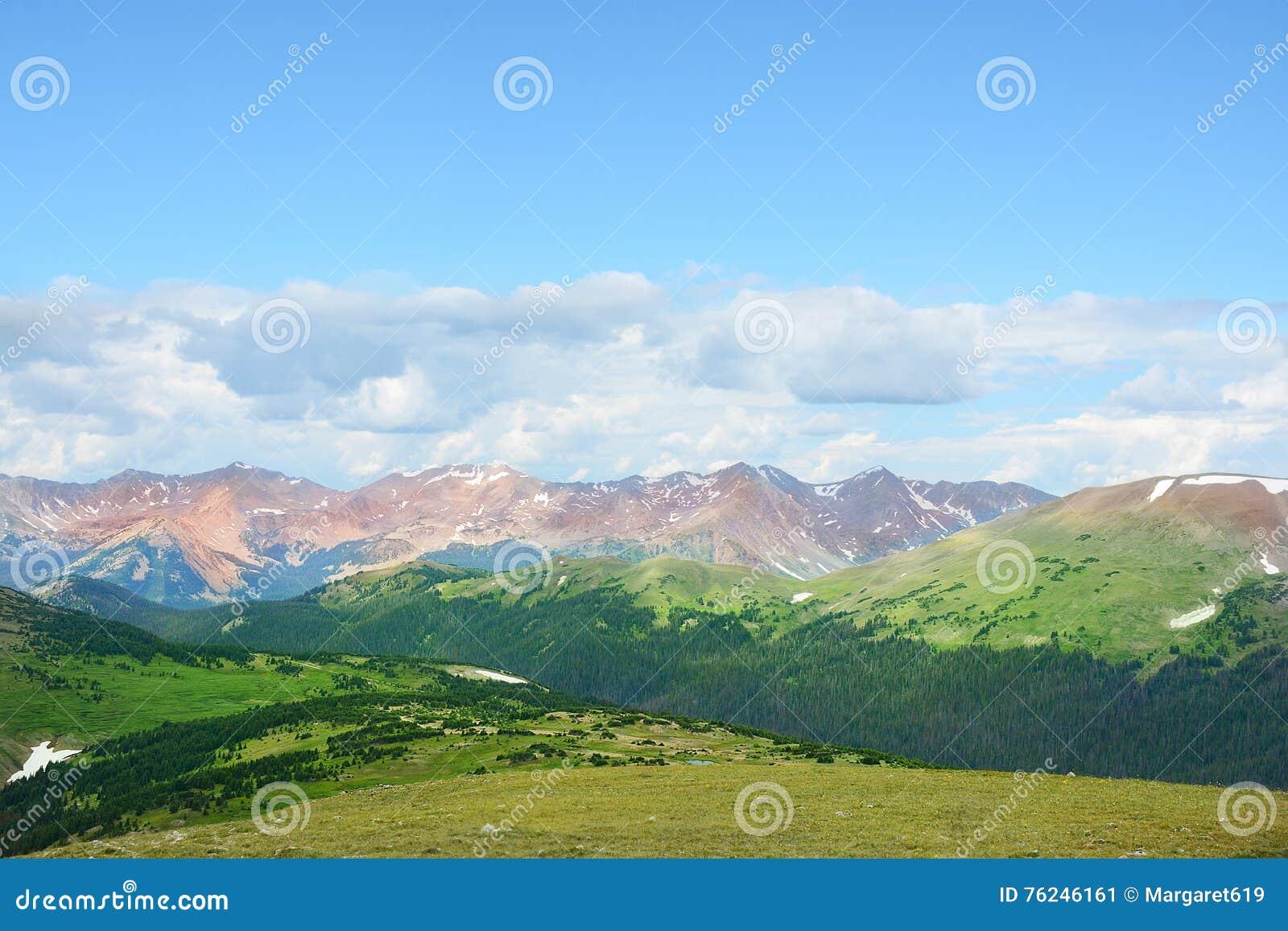 Paisagem bonita da montanha do verão