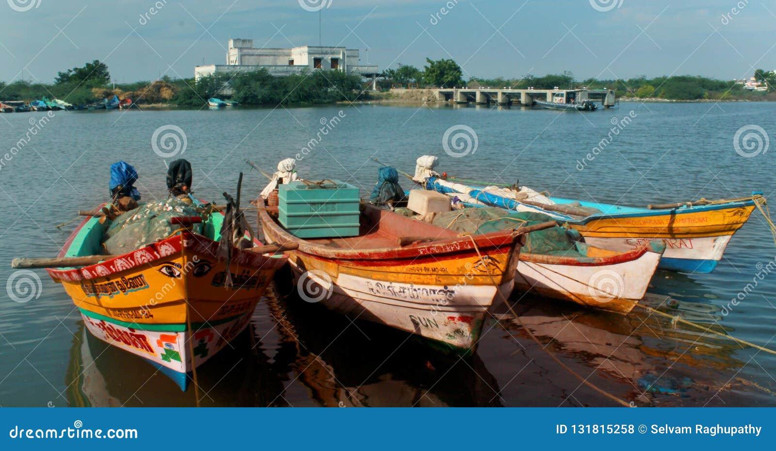 Paisagem bonita do arasalaru do rio com os barcos dos pescadores perto da praia karaikal