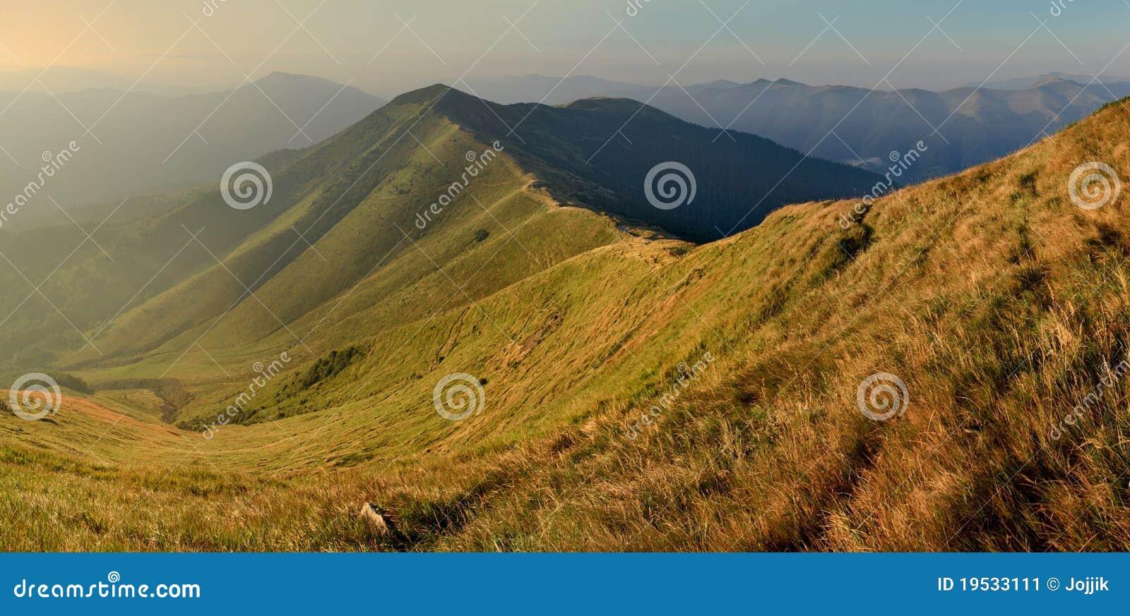 Paisagem bonita do outono nas montanhas