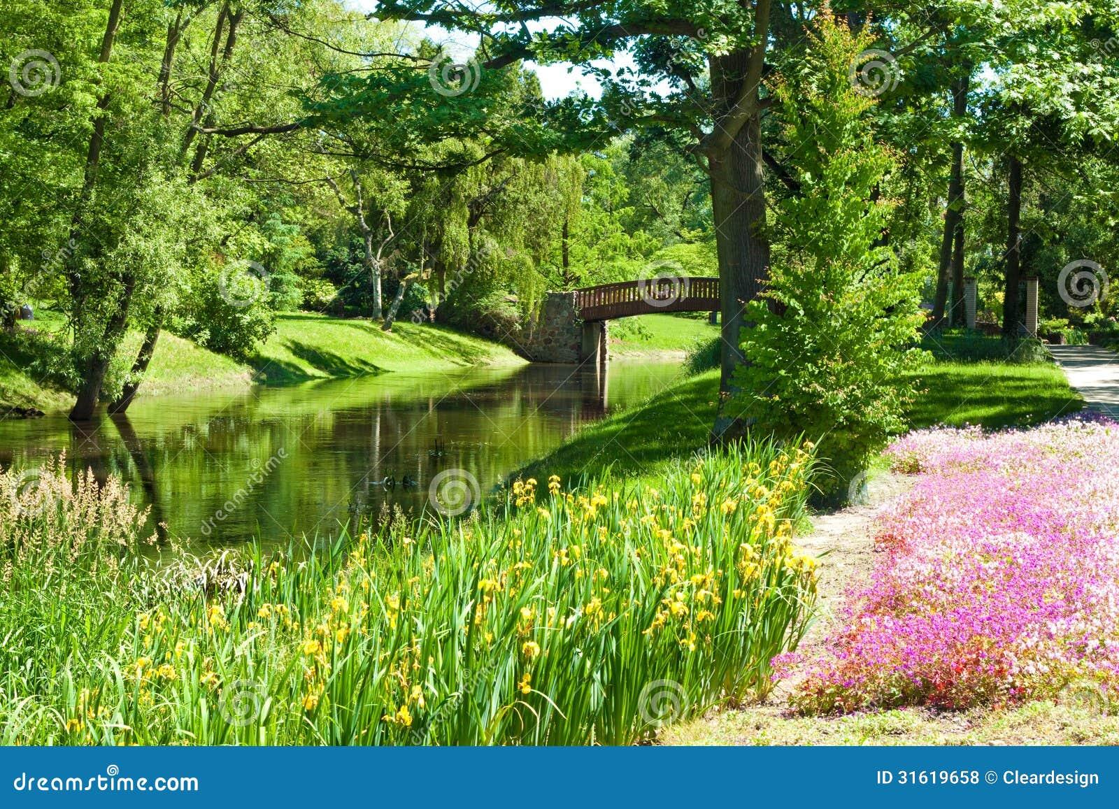 Paisagem bonita do parque com rio ponte e flores fotos de for Garage con ponte in cima