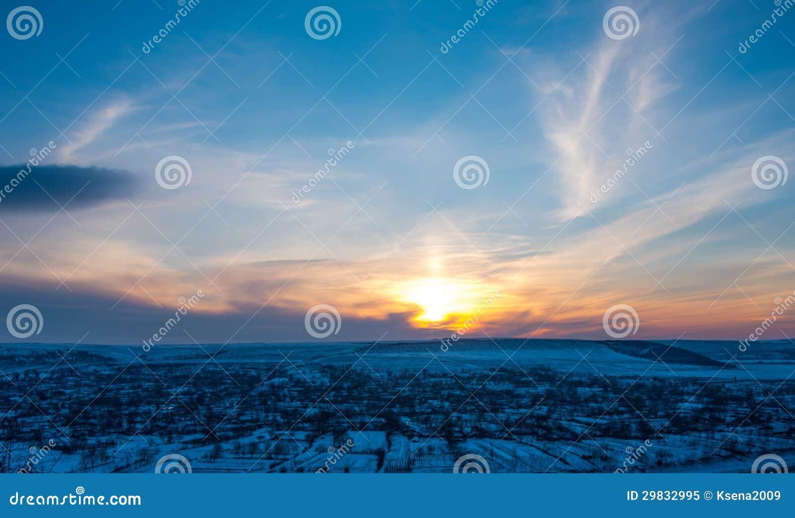 Paisagem bonita do por do sol do inverno