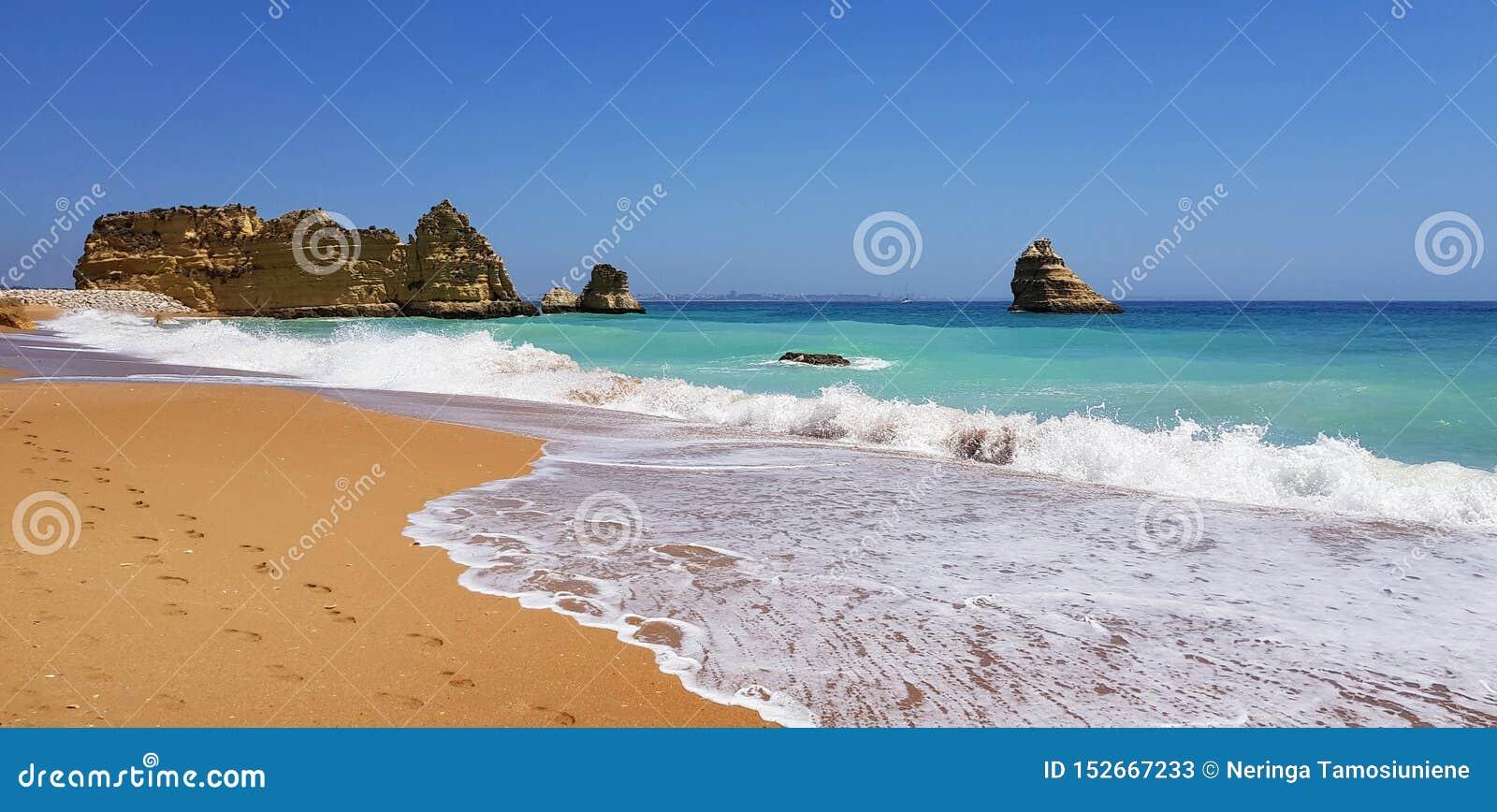 Paisagem bonita: penhascos na turquesa Oceano Atlântico no Praia Dona Ana da praia, Lagos, Portugal