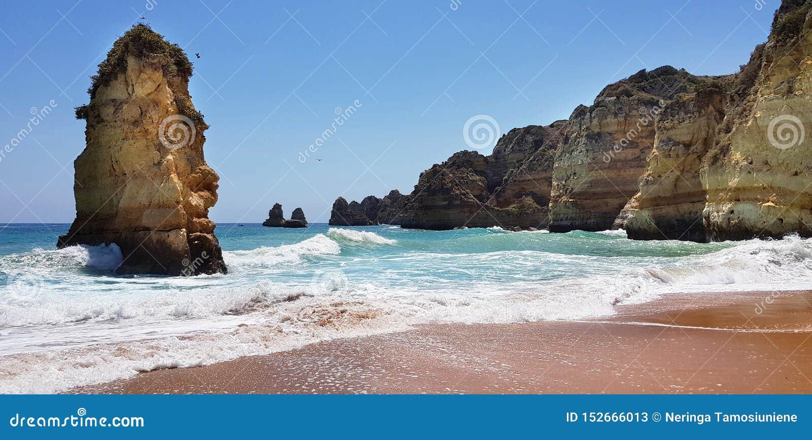 Paisagem bonita: penhascos na turquesa Oceano Atlântico perto do Praia Dona Ana da praia, Lagos, Portugal