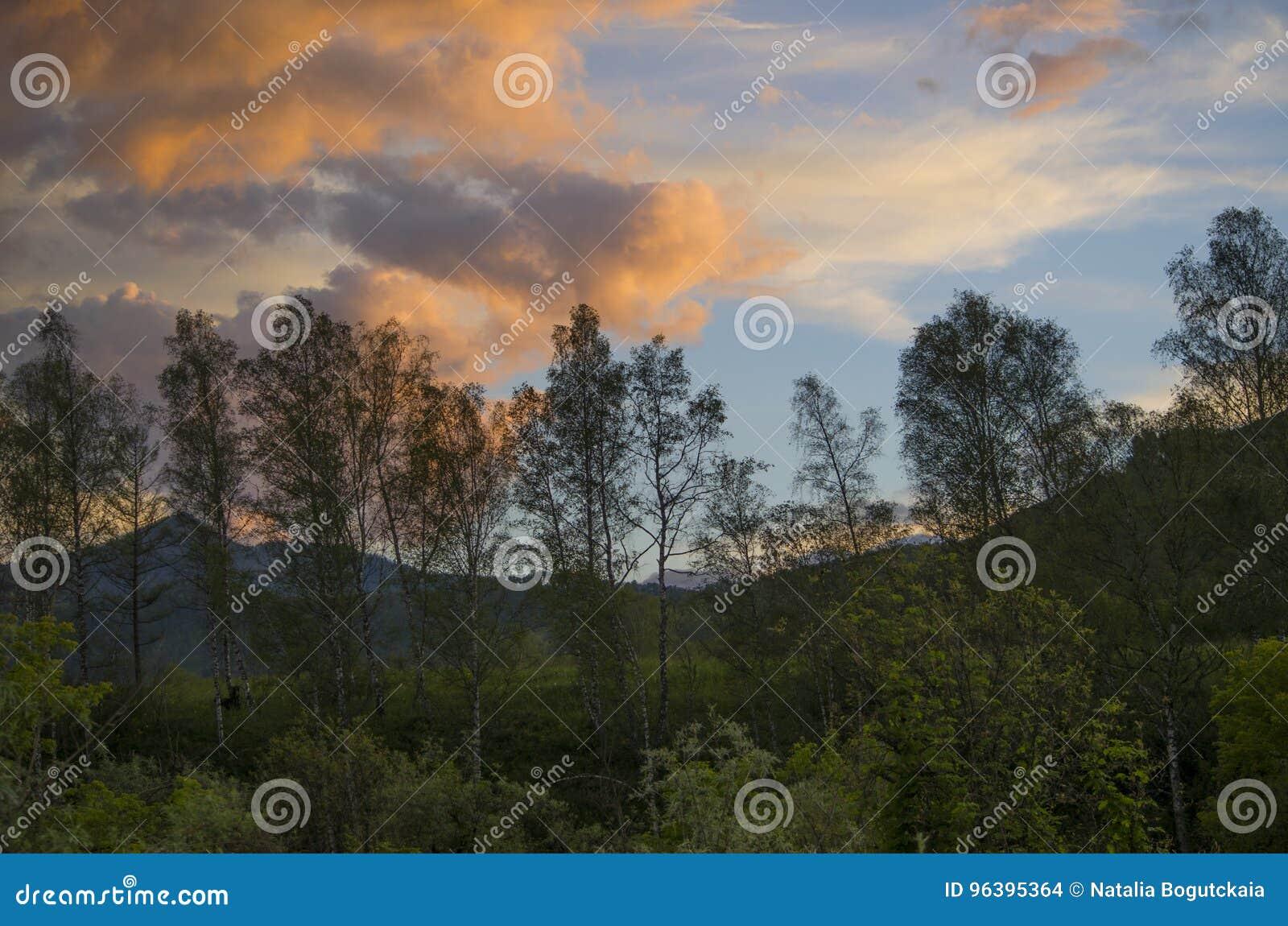 Paisagem bonita um por do sol nas montanhas