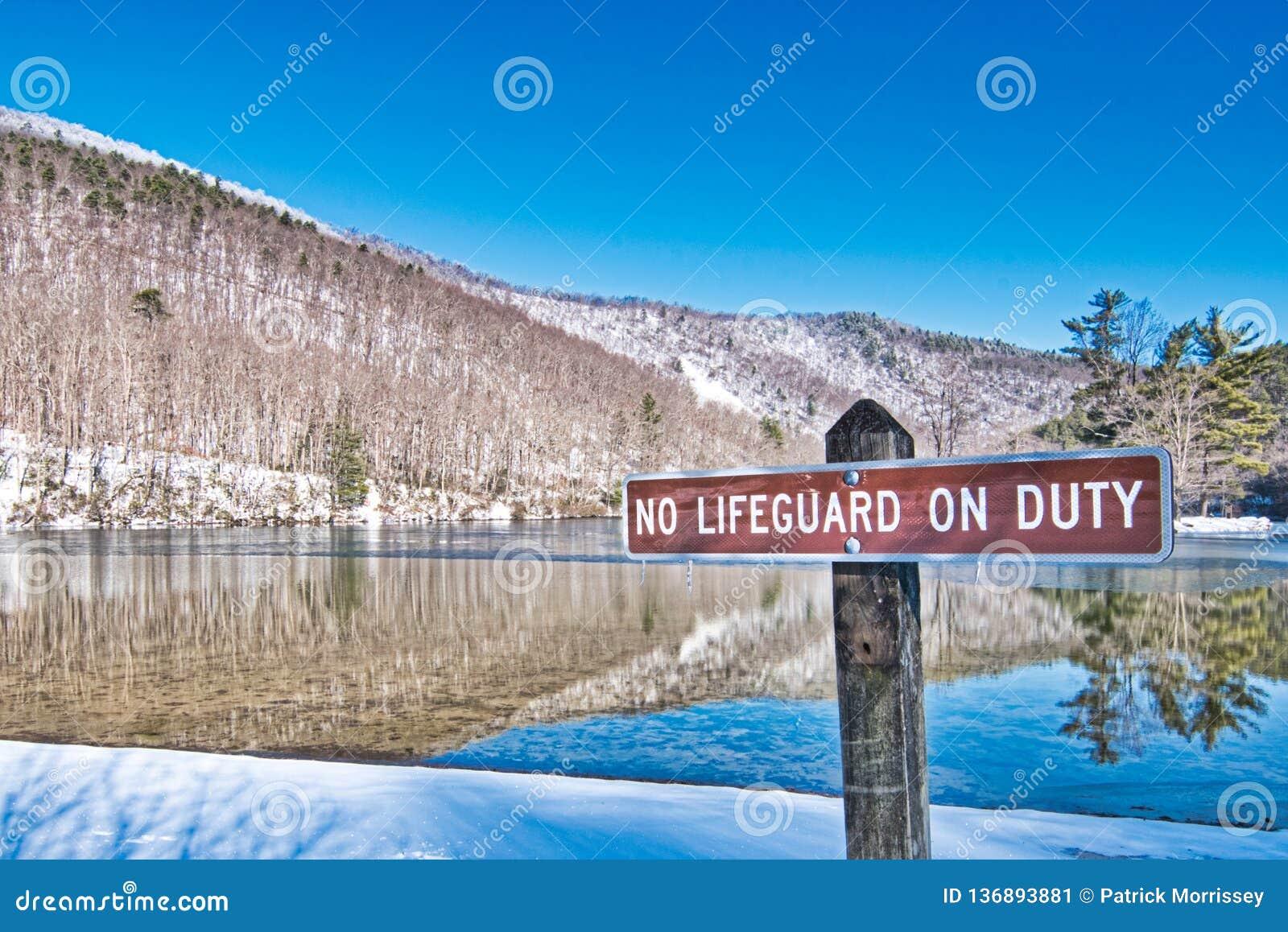 Paisagem cênico da área de recreação do lago Sherando nenhuma salva-vidas On Duty