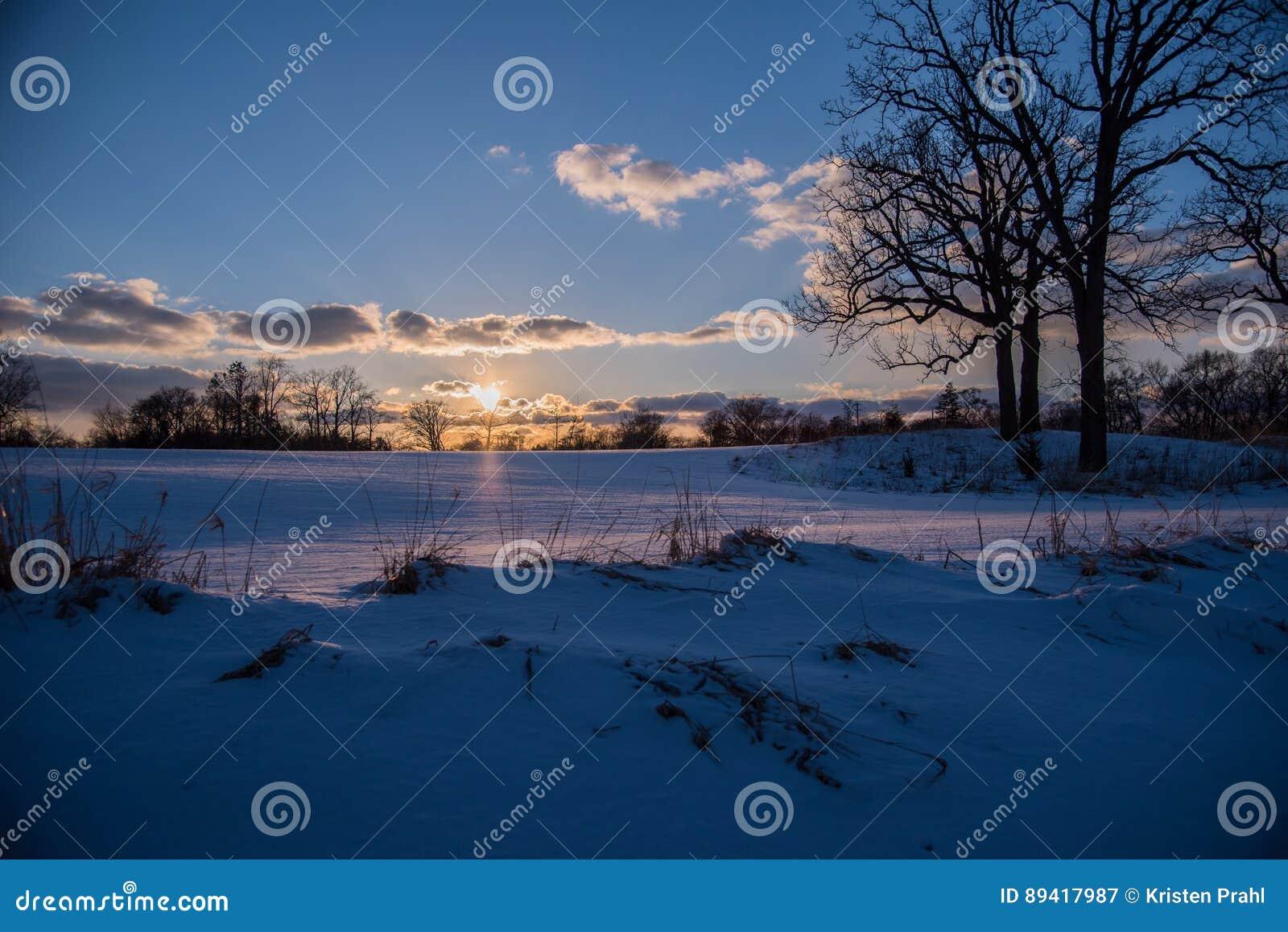 Paisagem calma do inverno no por do sol