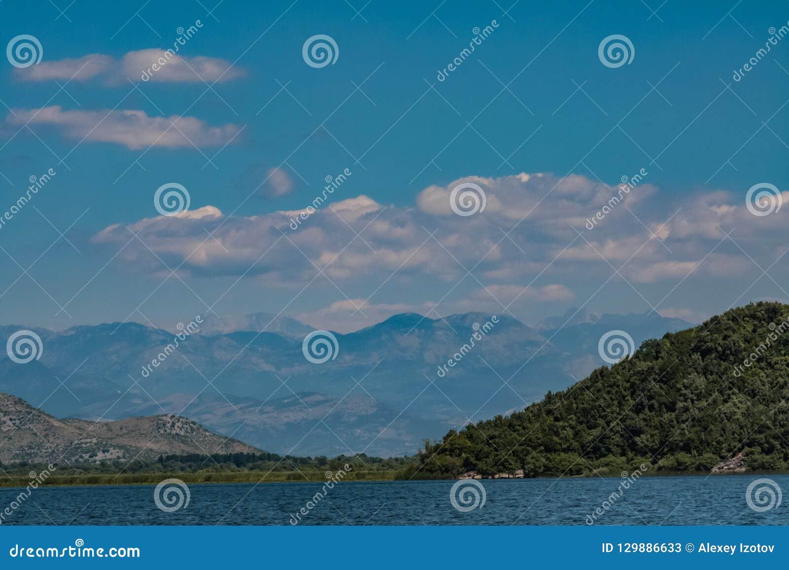 Paisagem com as montanhas no lago skadar em Montenegro