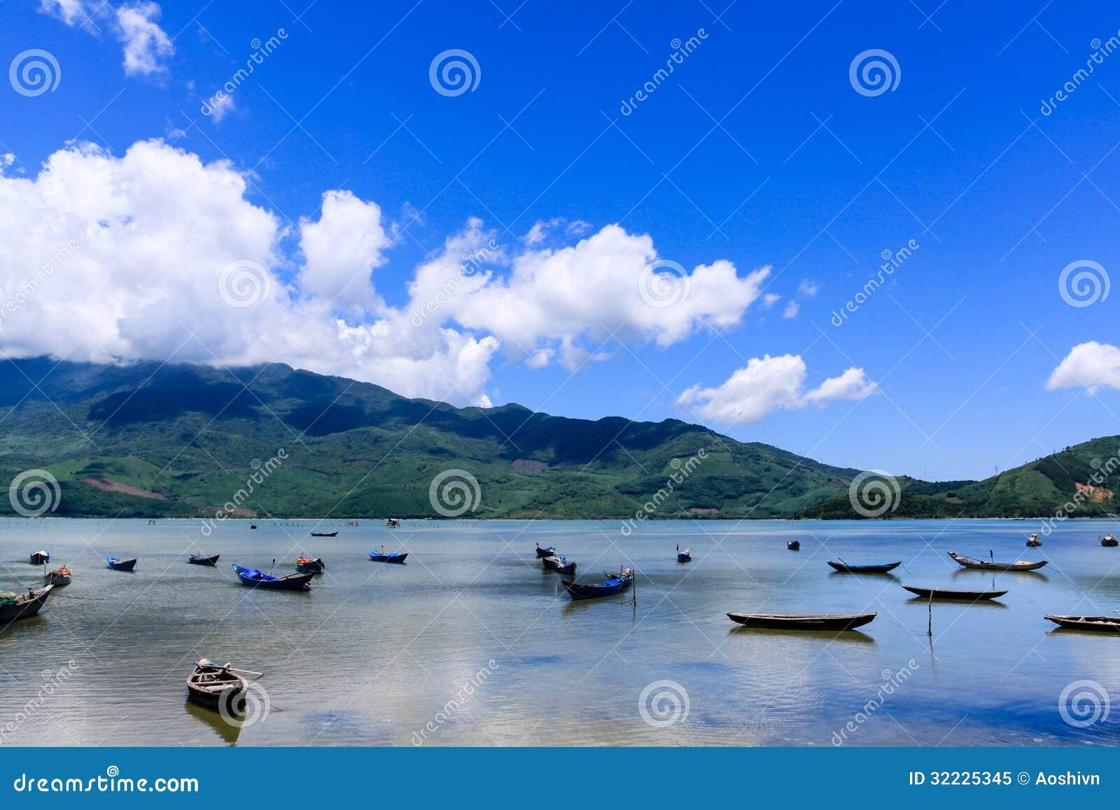 Download Paisagem com barco imagem de stock. Imagem de marinha - 32225345