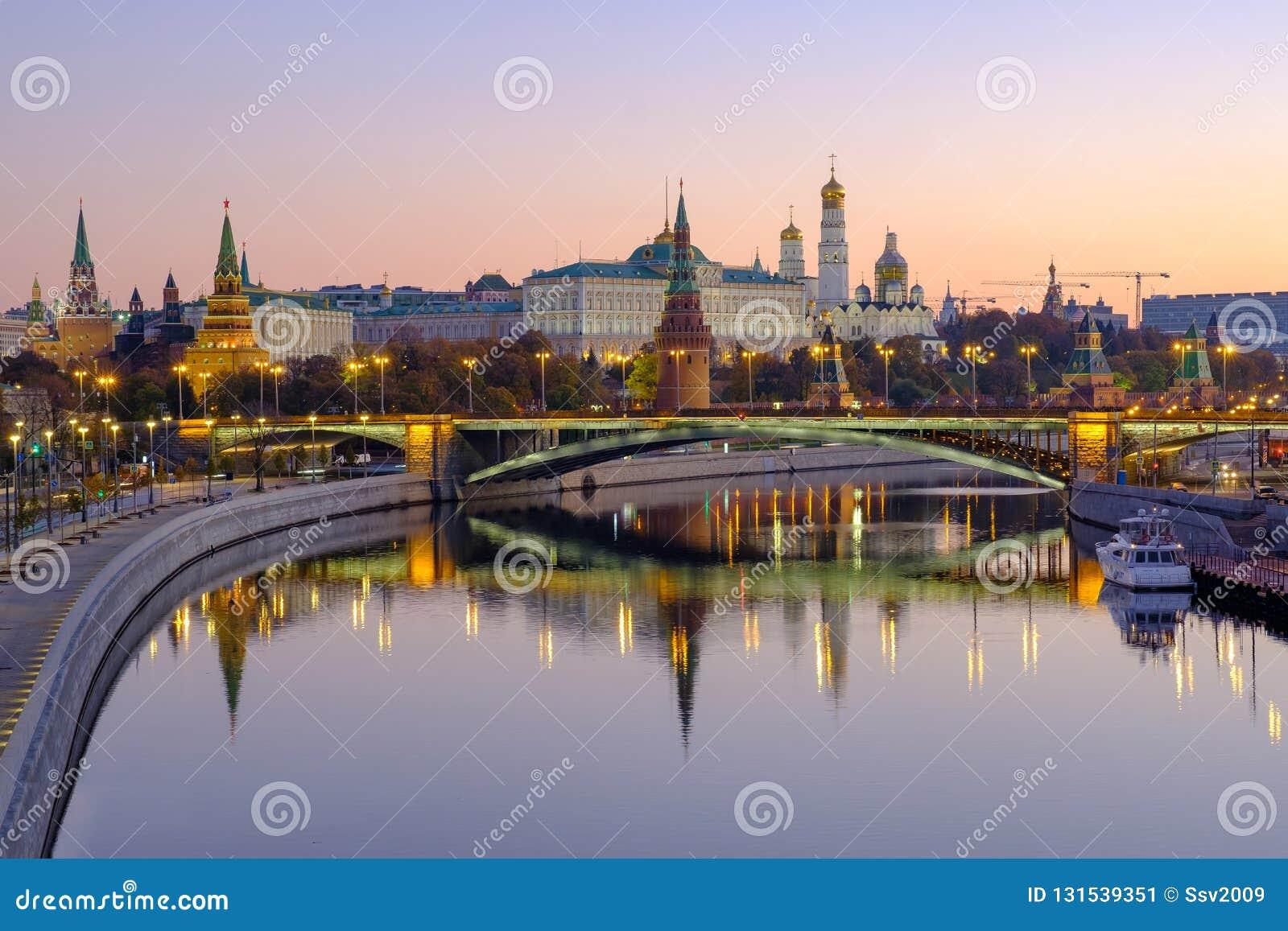 Paisagem da cidade da manhã com vista no Kremlin de Moscou e reflexões na água do rio
