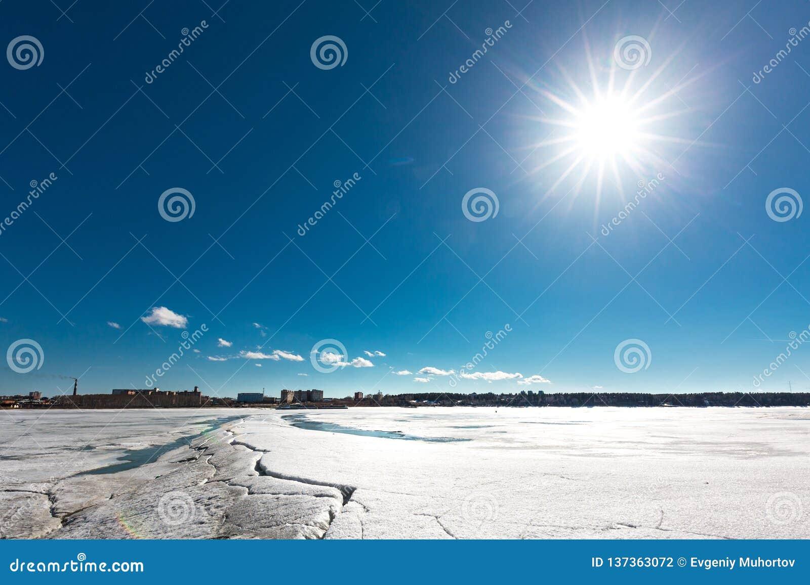 Paisagem da mola no rio Siberian Sibéria ocidental, Rússia
