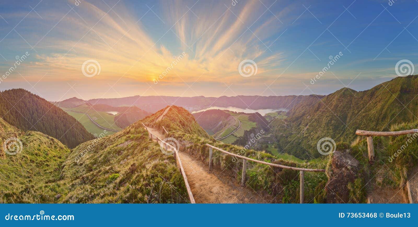 Paisagem da montanha com fuga de caminhada e vista de lagos bonitos, Ponta Delgada, Sao Miguel Island, Açores, Portugal
