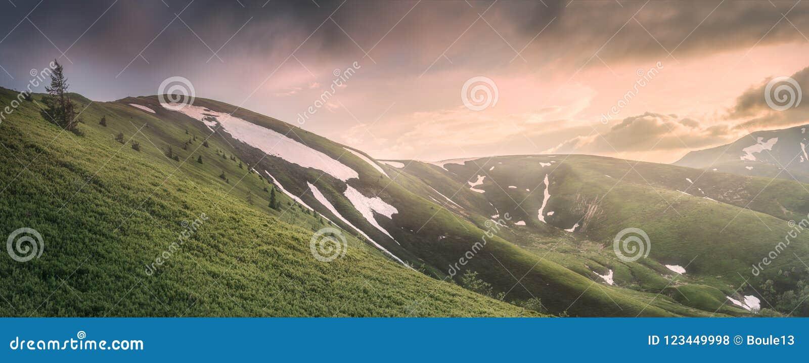 A paisagem da montanha de Gorgany Carpathian, Ucrânia
