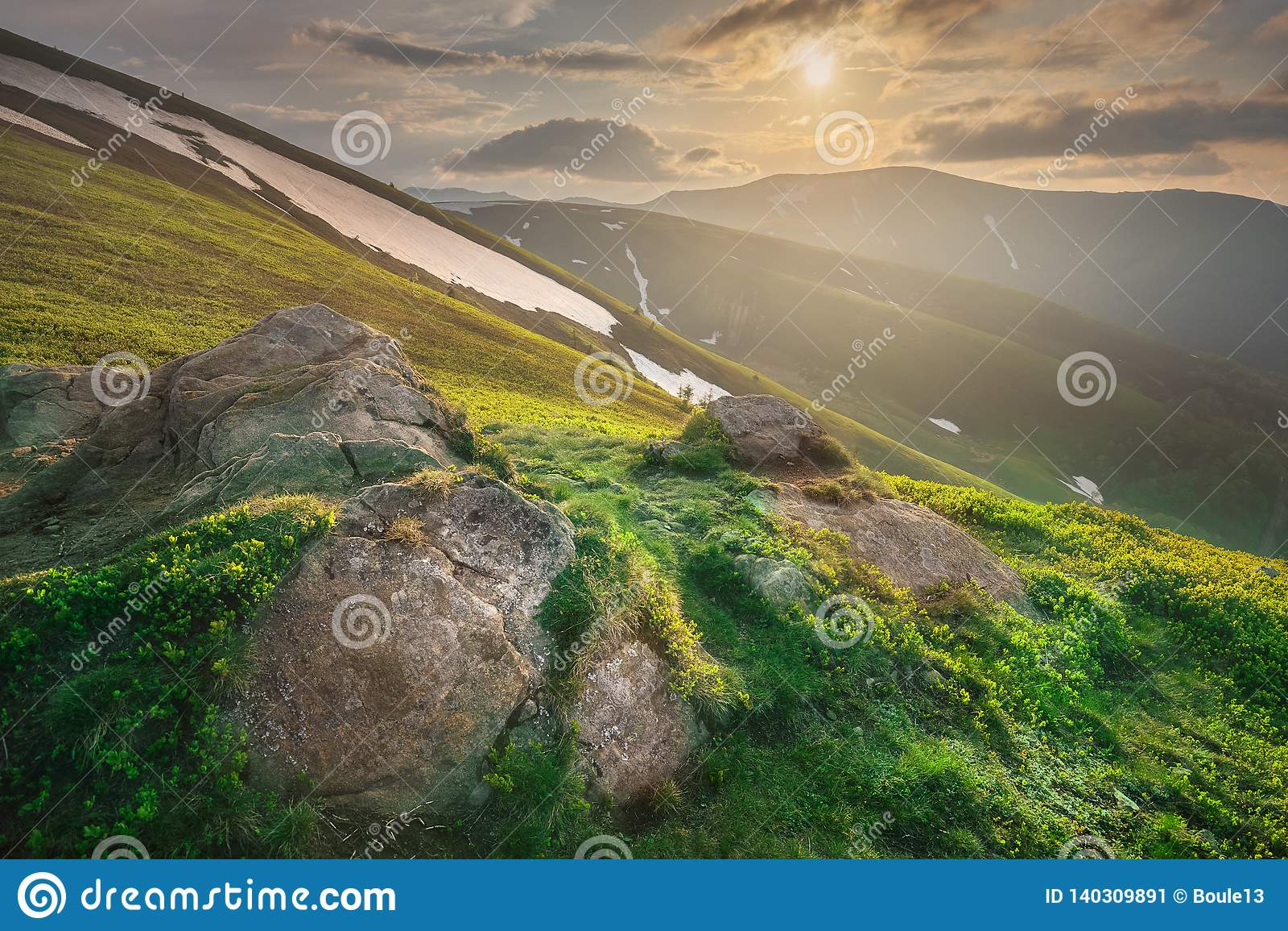 Paisagem da montanha de Gorgany Carpathian de Ucrânia