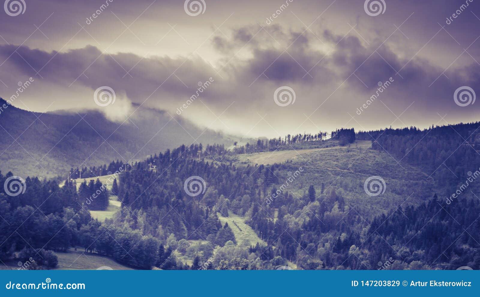 Paisagem da montanha durante uma tempestade