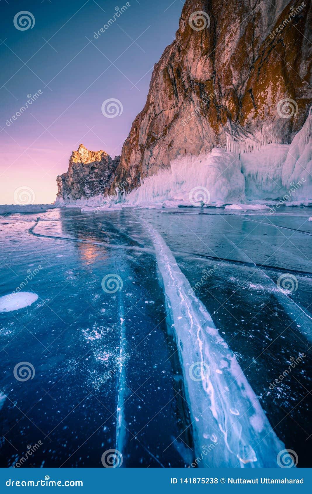 Paisagem da montanha no por do sol com gelo de quebra natural na água congelada no Lago Baikal, Sibéria, Rússia