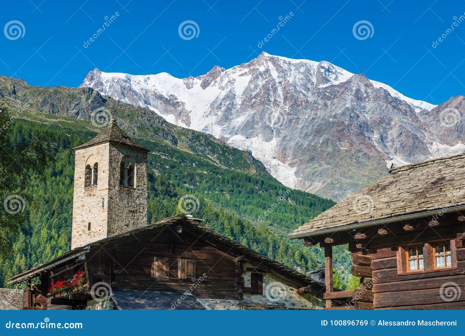 Paisagem da montanha Os cumes com Monte Rosa e a parede do leste espetacular da rocha e gelo de Macugnaga Staffa, Itália