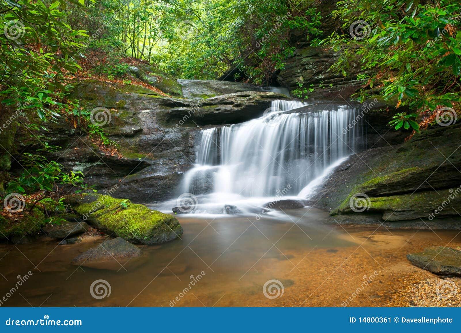 Paisagem da natureza das cachoeiras em Ridge azul