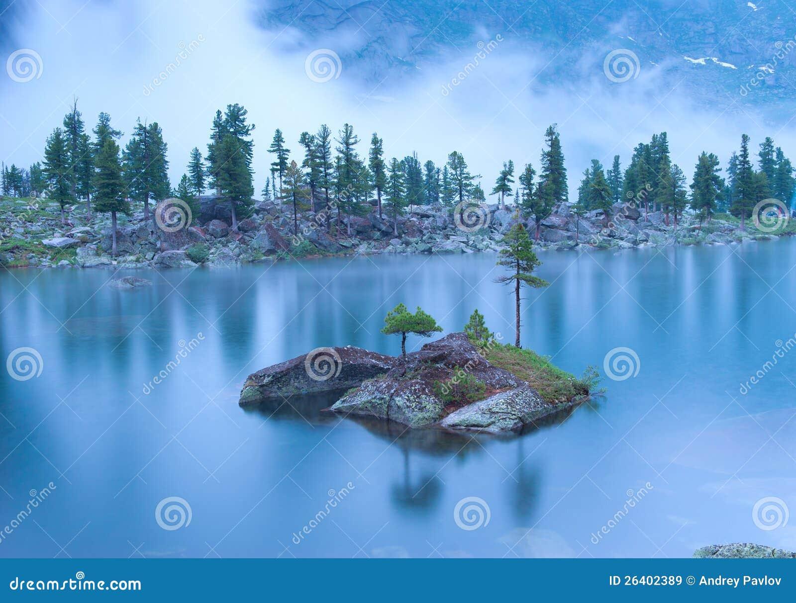 Paisagem da noite do lago da montanha sob a chuva