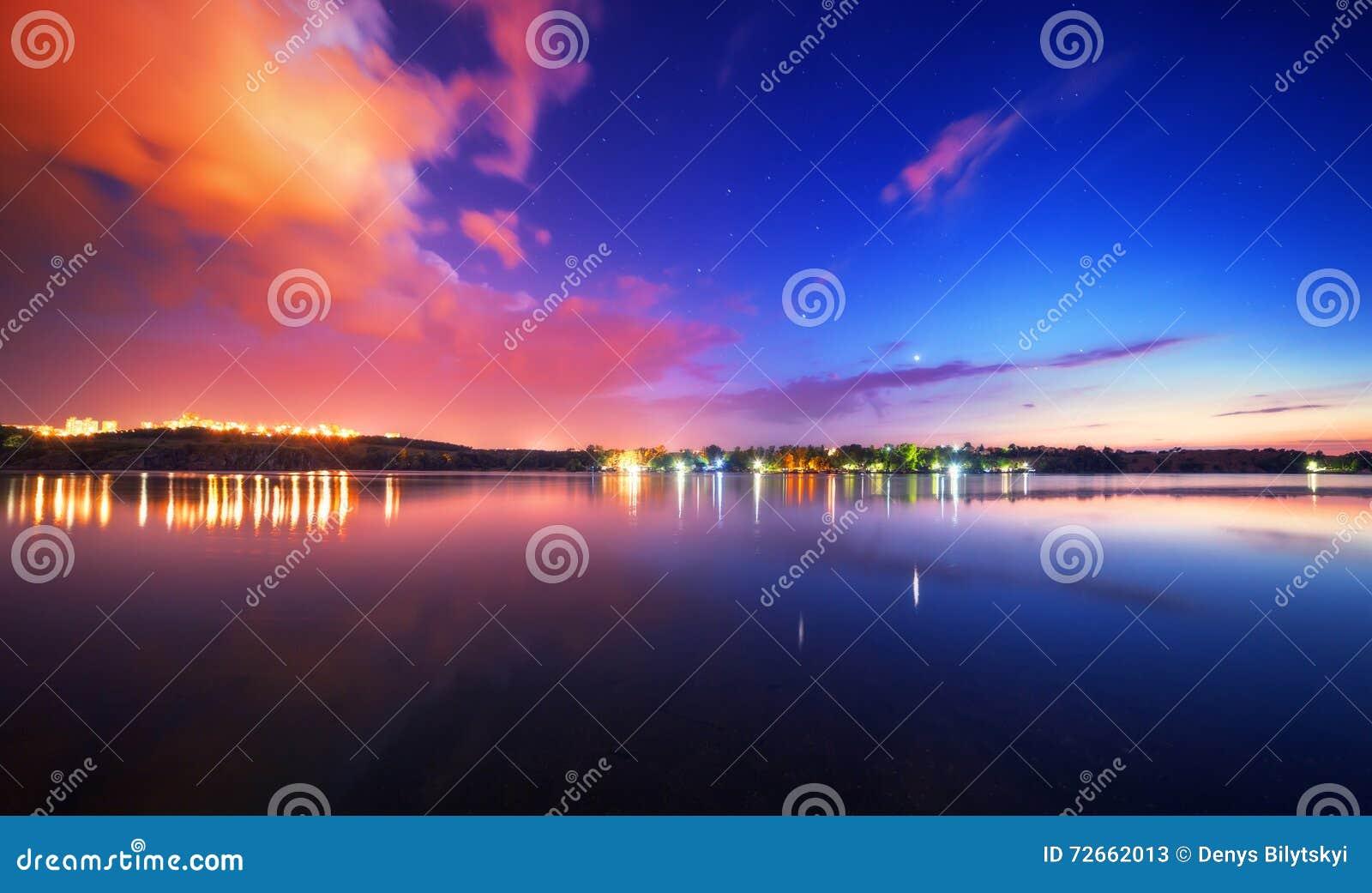 Paisagem da noite no lago com céu azul e nuvens
