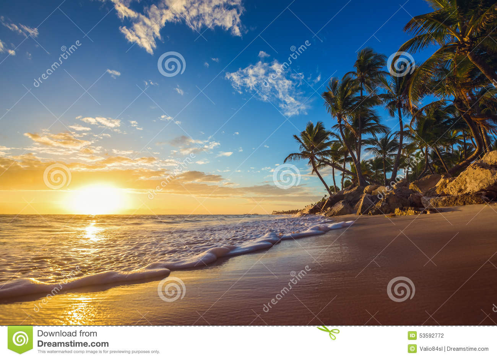Paisagem da praia tropical da ilha do paraíso, tiro do nascer do sol