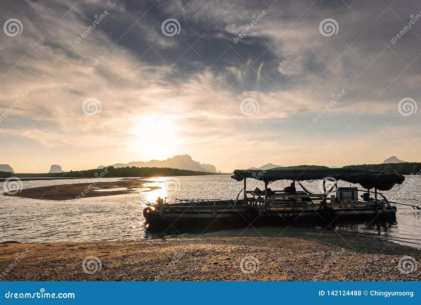 Paisagem de ardência bonita do nascer do sol no Mar Negro e na montanha acima do céu alaranjado com reflexão dourada do sol impre