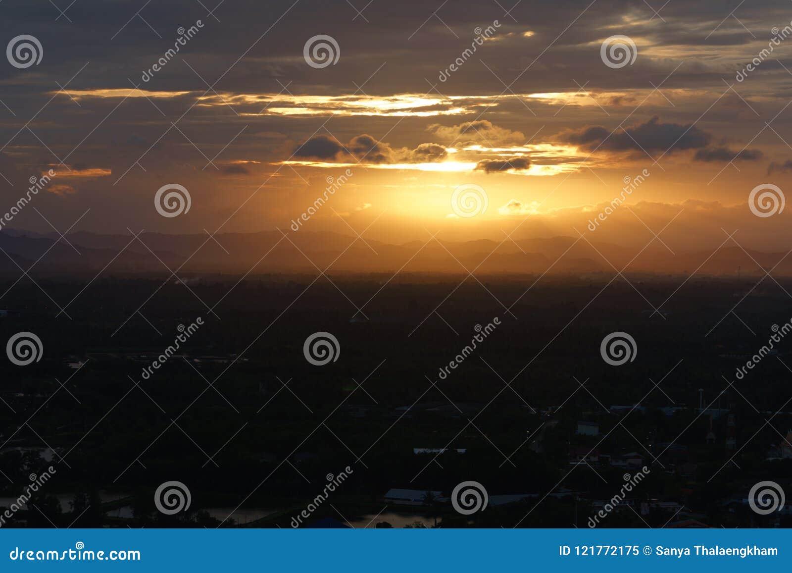 Paisagem de ardência bonita do por do sol no Mar Negro e no céu alaranjado a
