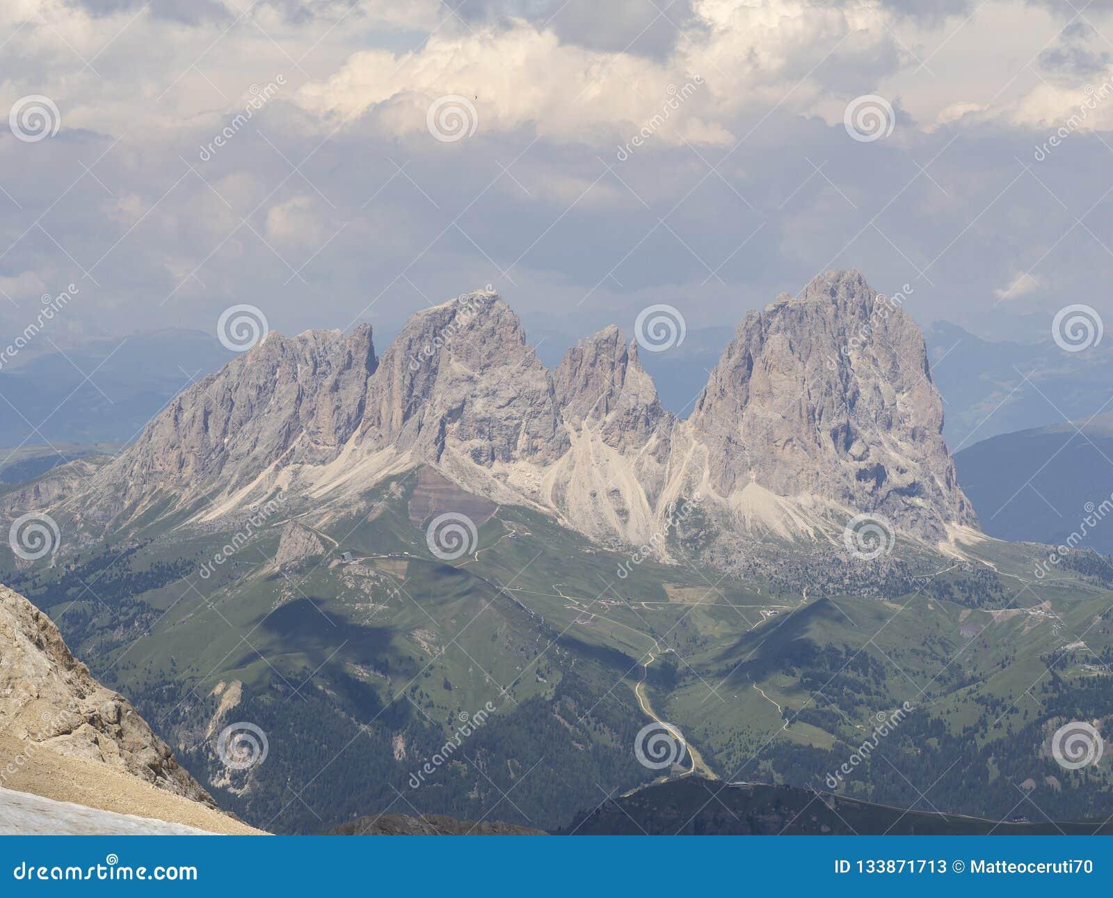 Paisagem de surpresa nas dolomites em Itália Vista no grupo de Langkofel Sassolungo da cimeira de Marmolada