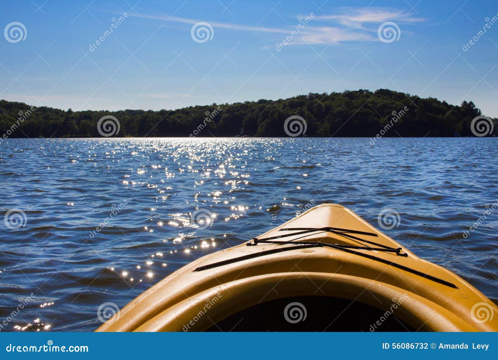 Paisagem de um lago do norte visto de um caiaque