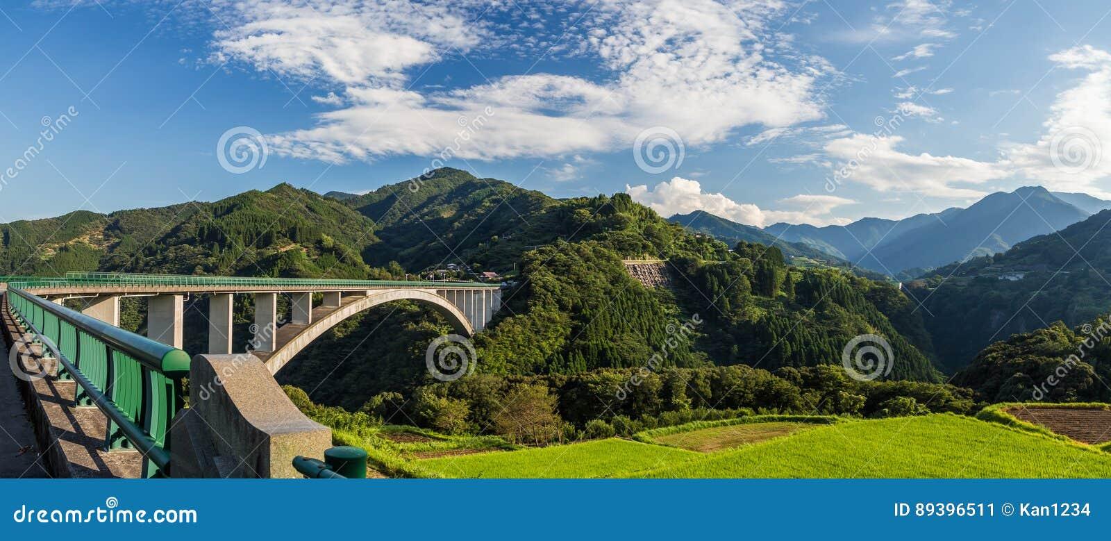 Paisagem do campo do arroz e ponte do arco em Takachiho, Miyazaki, Jap