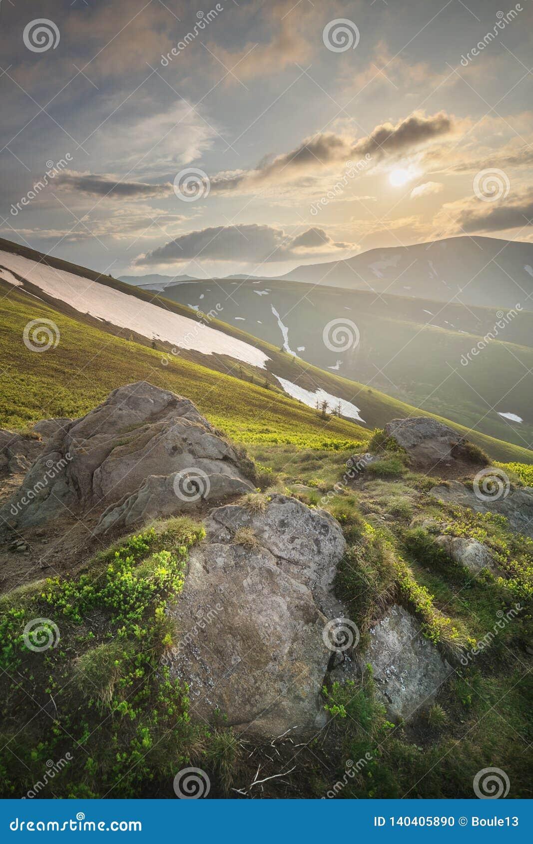 Paisagem do Gorgany Carpathian, Ucrânia da montanha
