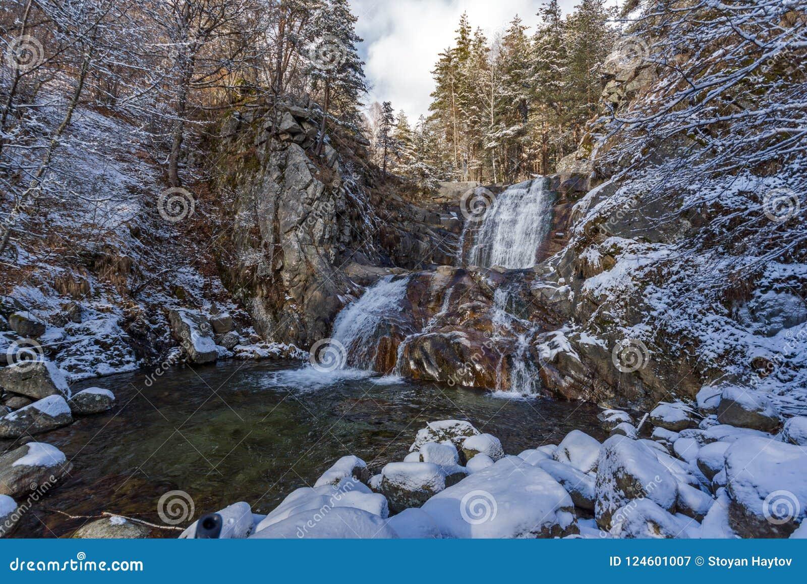 Paisagem do inverno da cachoeira de Popina Laka perto da cidade de Sandanski, montanha de Pirin, Bulgária
