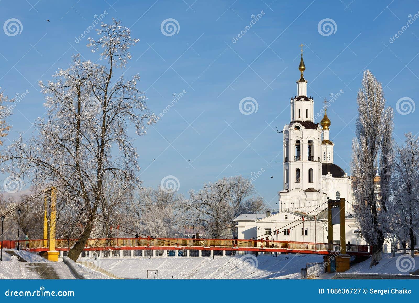Paisagem do inverno: Ponte de suspensão e igreja do esmagamento